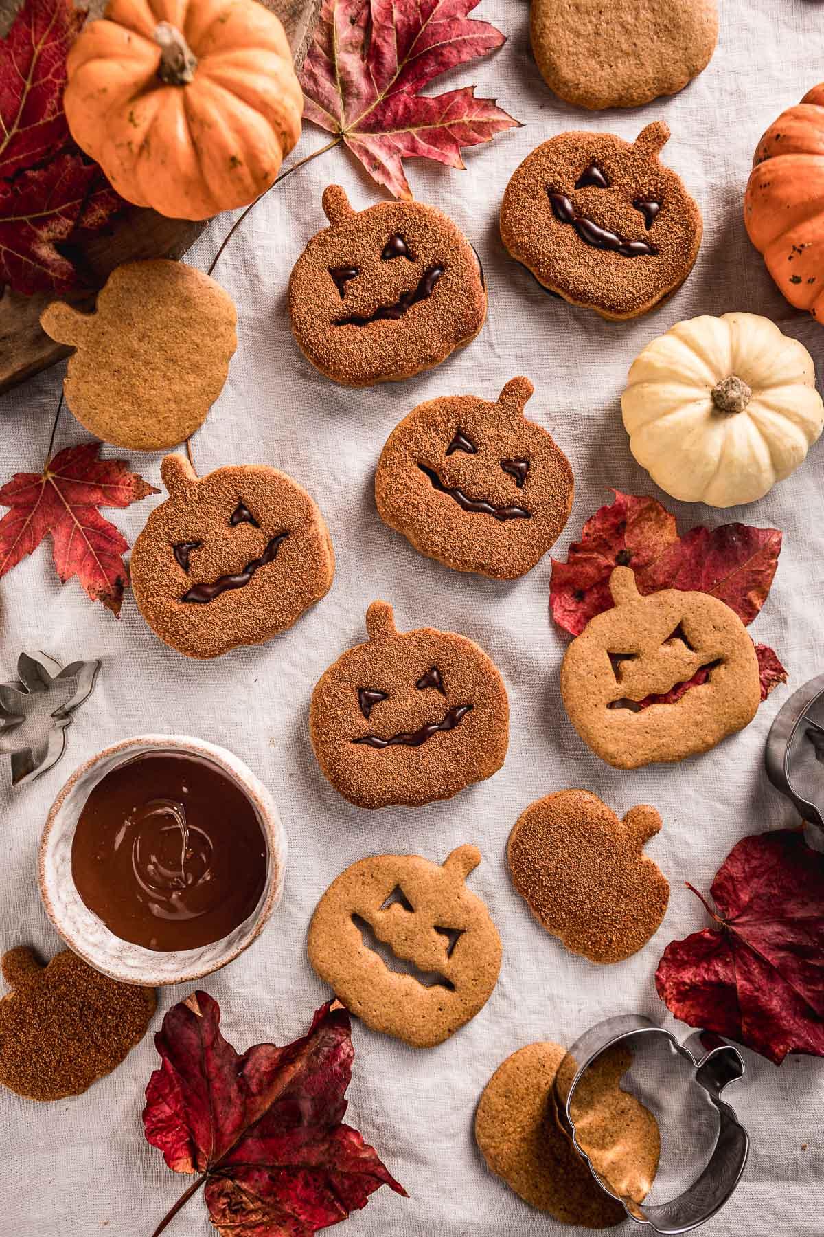 vegan pumpkin cutout cookies recipe cinnamon sugar Halloween cookies Jack O Lantern ricetta biscotti vegan alla zucca frollini integrali senza uova senza burro