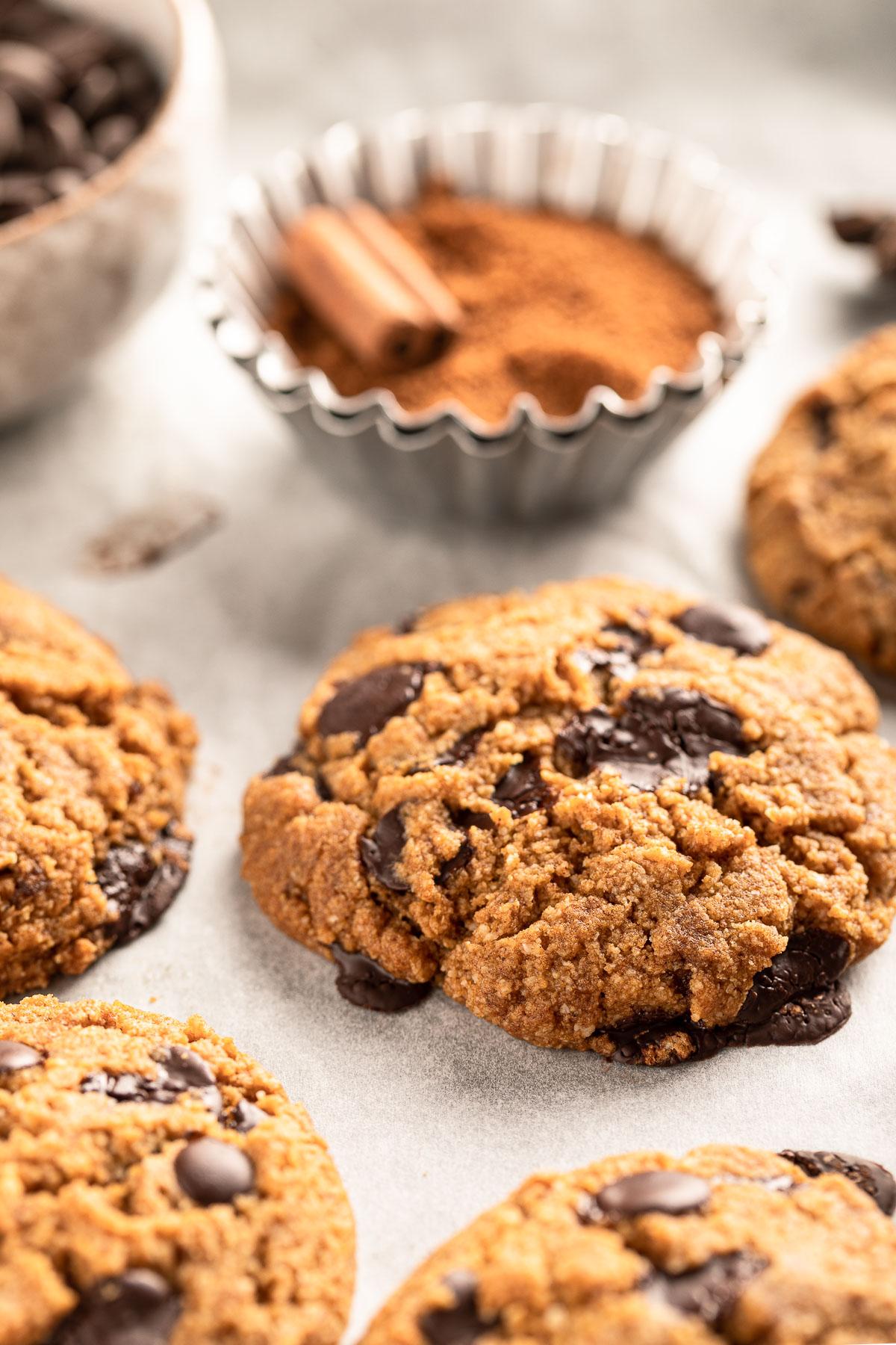 VEGAN gluten-free CHOCOLATE CHIP PUMPKIN COOKIES recipe with almonds oats coconut oil ricetta COOKIES VEGAN SENZA GLUTINE alla ZUCCA e cioccolato biscotti con avena e mandorle senza uova senza burro
