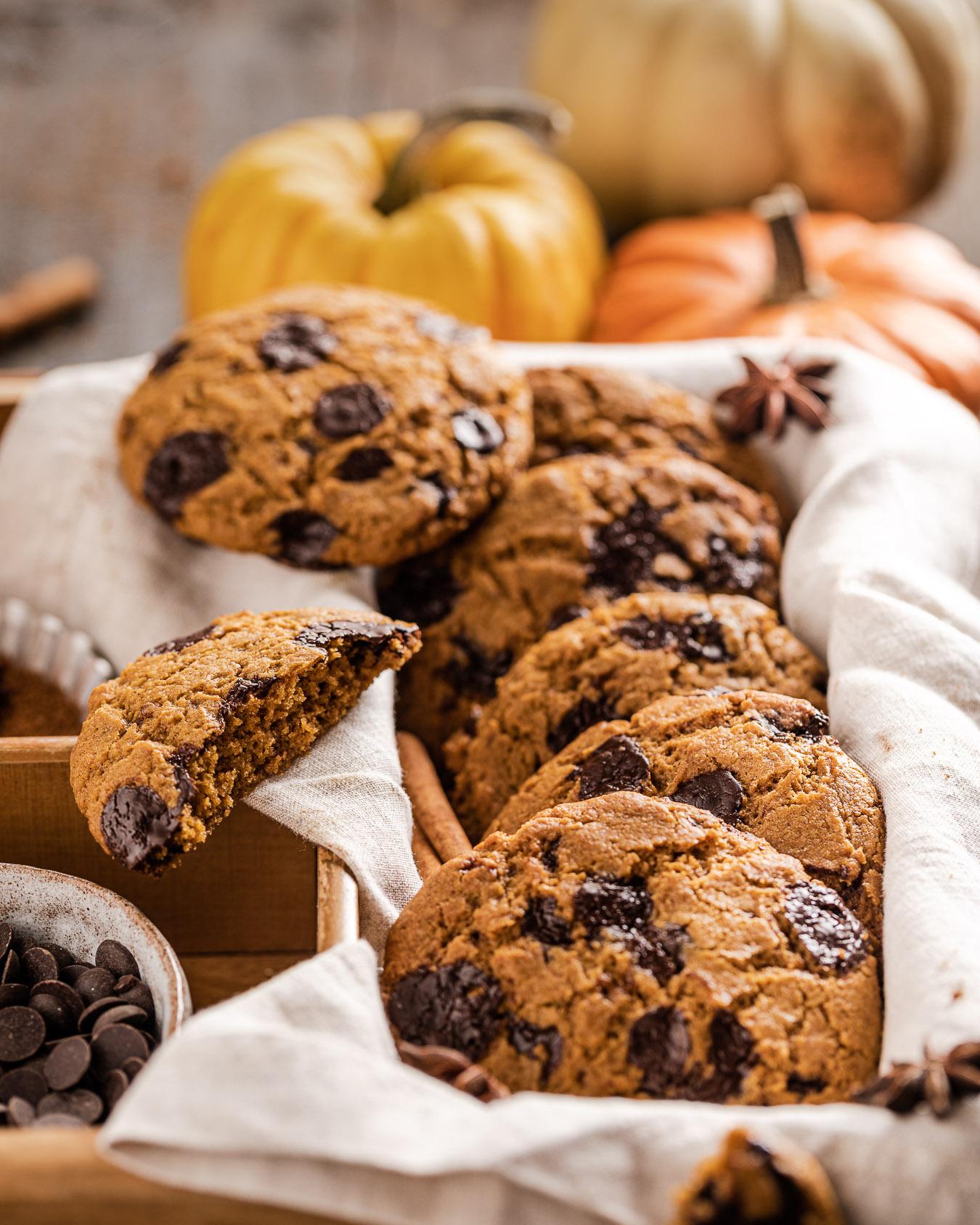 crispy and chewy VEGAN PUMPKIN CHOCOLATE CHIP COOKIES recipe photography ricetta COOKIES alla ZUCCA e CIOCCOLATO biscotti alla zucca e gocce di cioccolato sani e facili senza uova senza burro