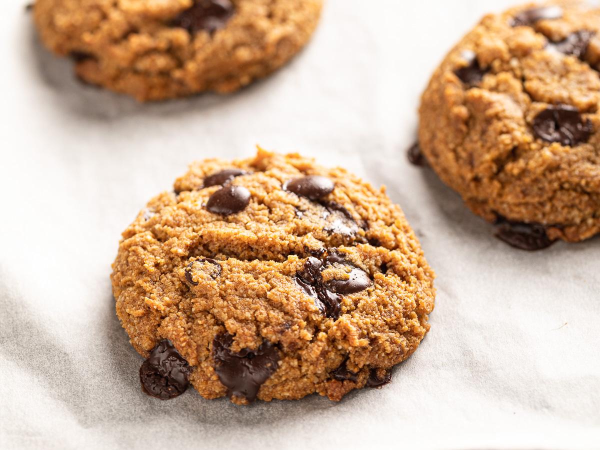 ricetta COOKIES VEGAN SENZA GLUTINE alla ZUCCA gluten-free VEGAN CHOCOLATE CHIP PUMPKIN COOKIES biscotti alla zucca e cioccolato senza uova senza burro