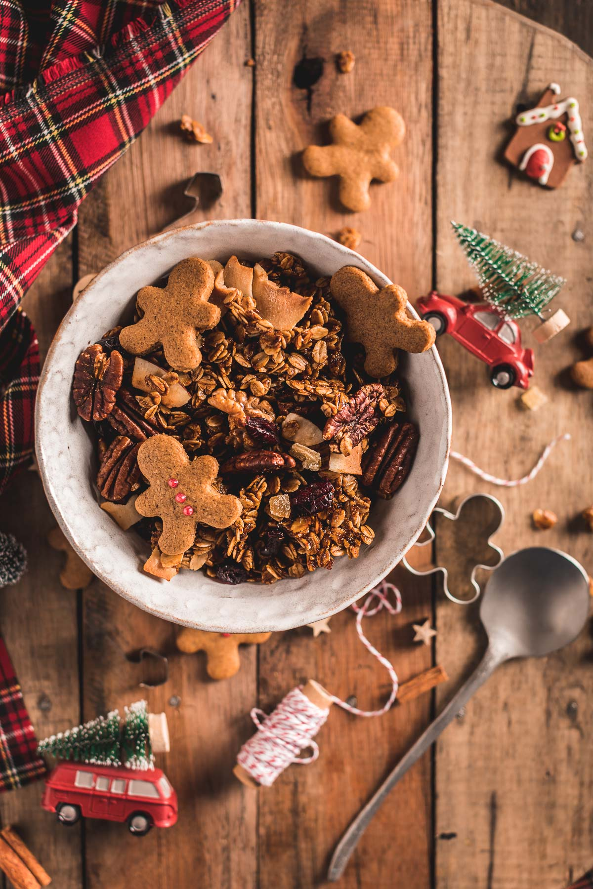 Gingerbread Granola bowl for breakfast Crispy sweet and spiced recipe #vegan #glutenfree ricetta granola pan di zenzero colazione sana idea regalo di Natale Christmas gift idea