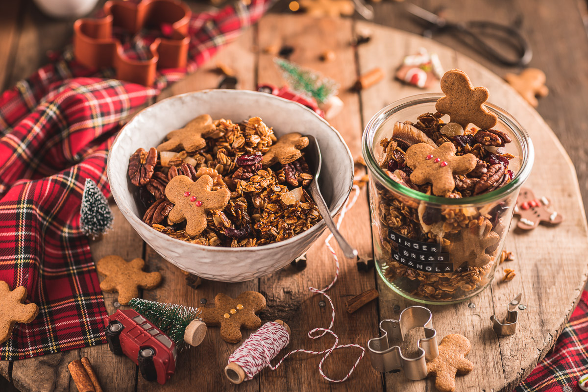 Gingerbread Granola bowl for breakfast Crispy sweet and spiced recipe #vegan #glutenfree ricetta granola pan di zenzero colazione sana idea regalo di Natale #Christmas gift idea