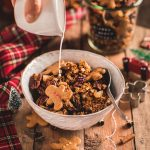 Gingerbread Granola bowl for breakfast Crispy sweet and spiced recipe #vegan #glutenfree ricetta granola pan di zenzero colazione sana idea regalo di Natale Christmas gift ideas
