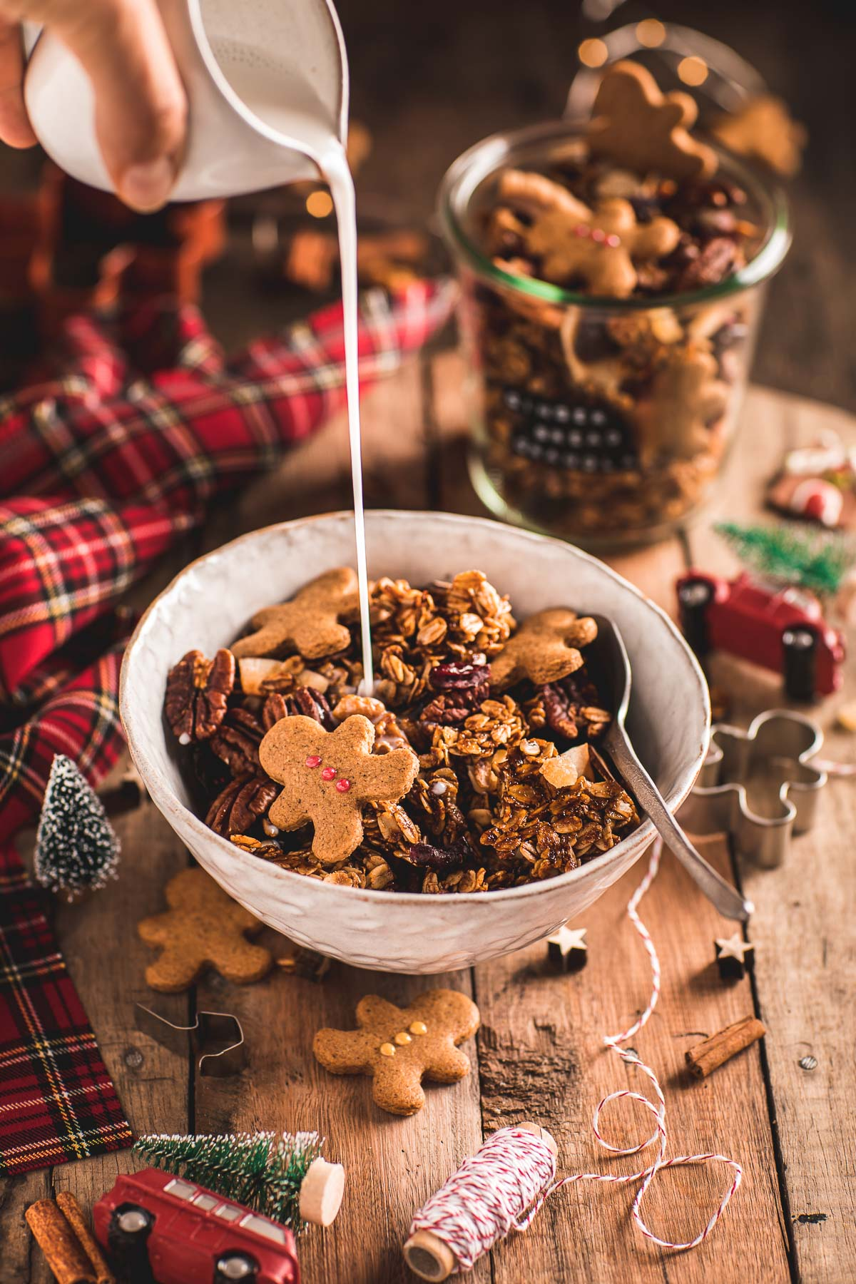 Gingerbread Granola bowl for breakfast Crispy sweet and spiced recipe #vegan #glutenfree ricetta granola pan di zenzero colazione sana idea regalo di Natale diy Christmas gift idea