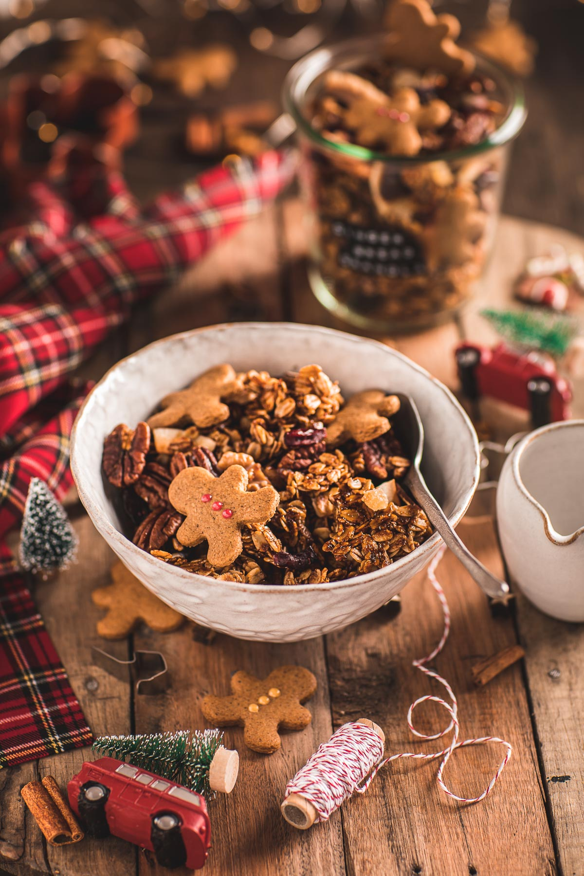 ricetta granola pan di zenzero colazione sana idea regalo di Natale Christmas Gingerbread Granola bowl for breakfast Crispy sweet and spiced recipe #vegan #glutenfree
