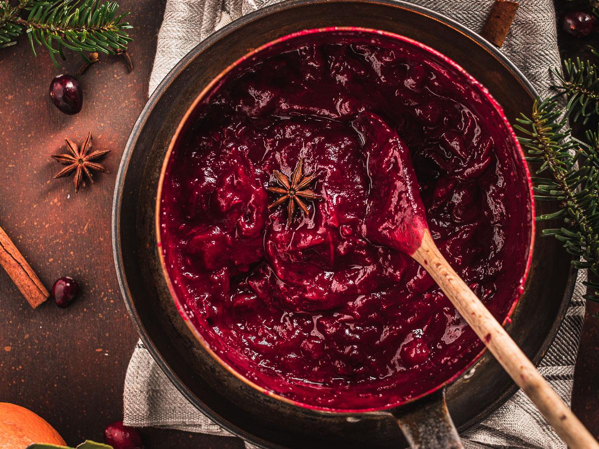 vegan Maple Cranberry Sauce recipe naturally sweetened with maple syrup ricetta salsa di mirtilli rossi senza zucchero Natale Thanksgiving