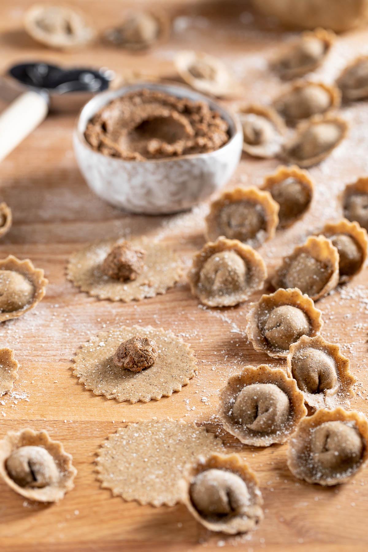 Come fare i ravioli vegan fatti in casa in brodo o in padella con ripieno di lenticchie How to make homemade vegan tortelli with lentils mushrooms and walnuts