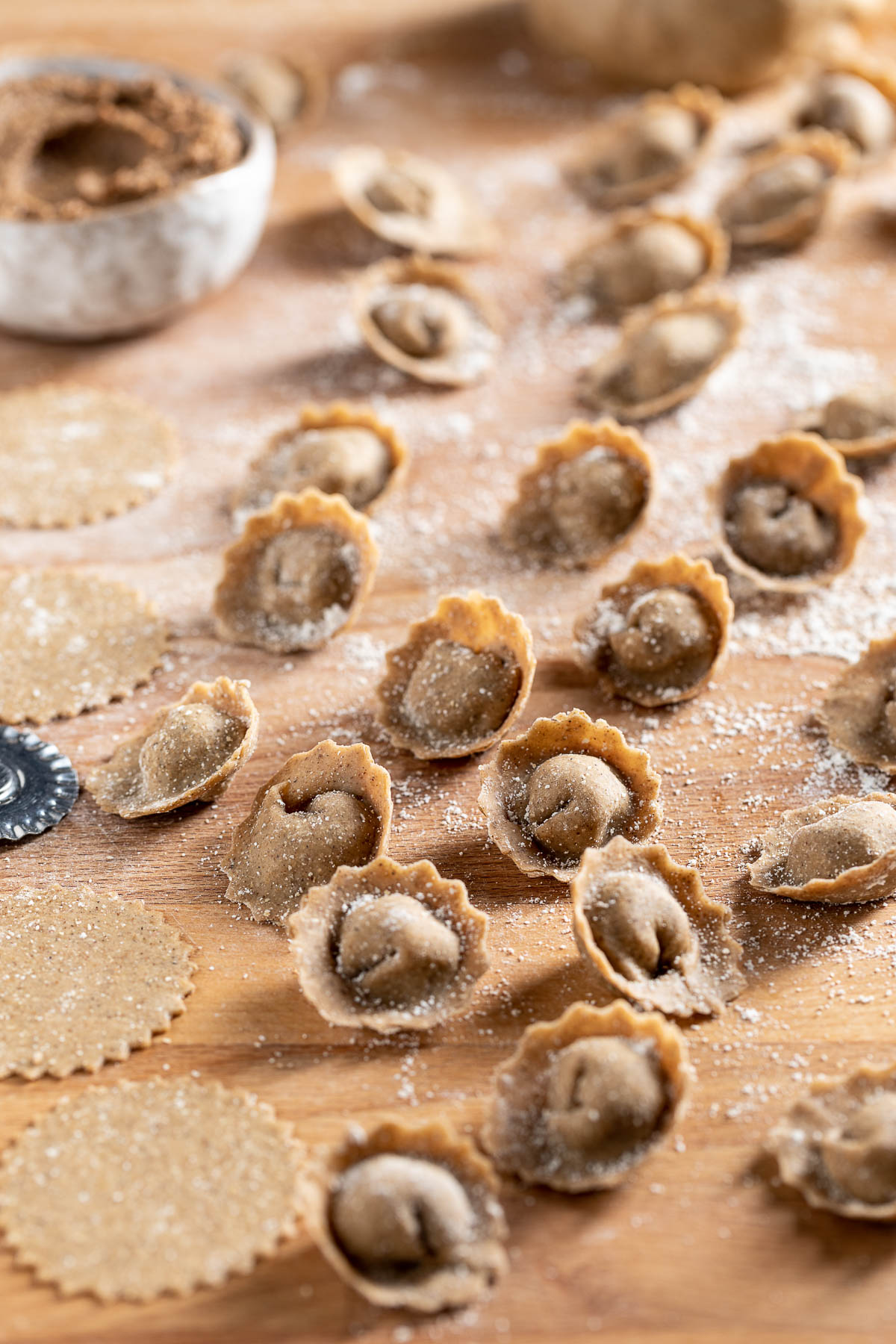 Come preparare i ravioli vegan fatti in casa in brodo o in padella con ripieno di lenticchie How to make homemade vegan tortelli with lentils mushrooms and walnuts