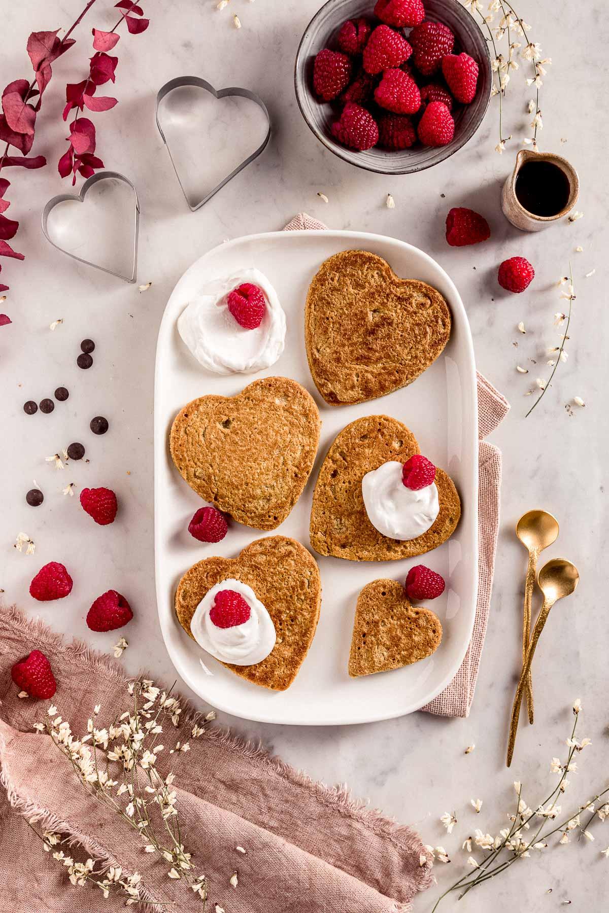 Easy blender gluten-free vegan oat pancakes valentine's day pancakes nut-free recipe ricetta Pancakes di san Valentino vegan senza glutine all'avena e cioccolato facili light senza frutta secca