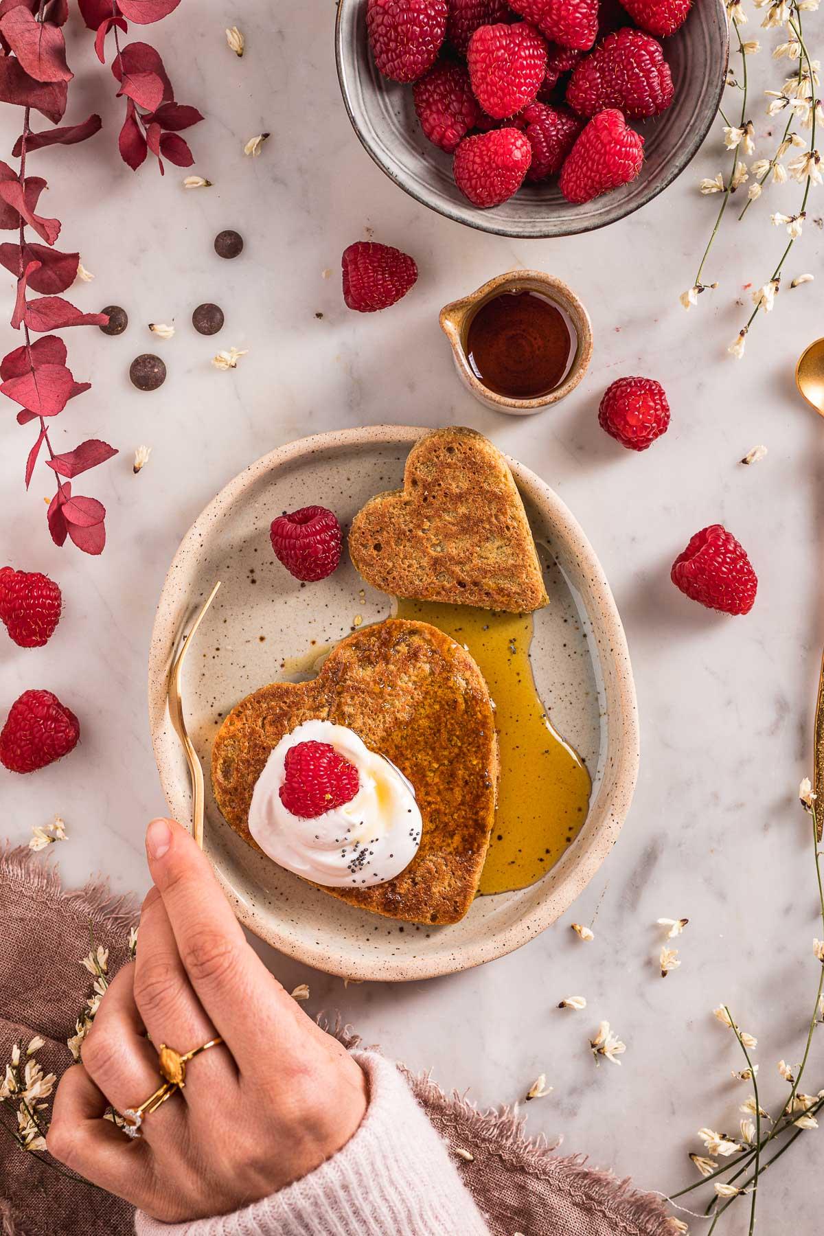 Easy blender gluten-free vegan oat pancakes valentine's day pancakes nut-free recipe ricetta pancakes senza glutine senza uova all'avena e cioccolato senza frutta secca Pancakes di San Valentino