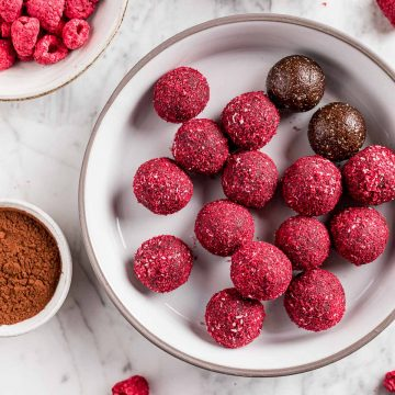 Ricetta Vegan Energy Balls al Cacao Cocco e Lamponi healthy snack pre and post workout Easy Peanut Butter and Raspberry cacao Energy Balls recipe