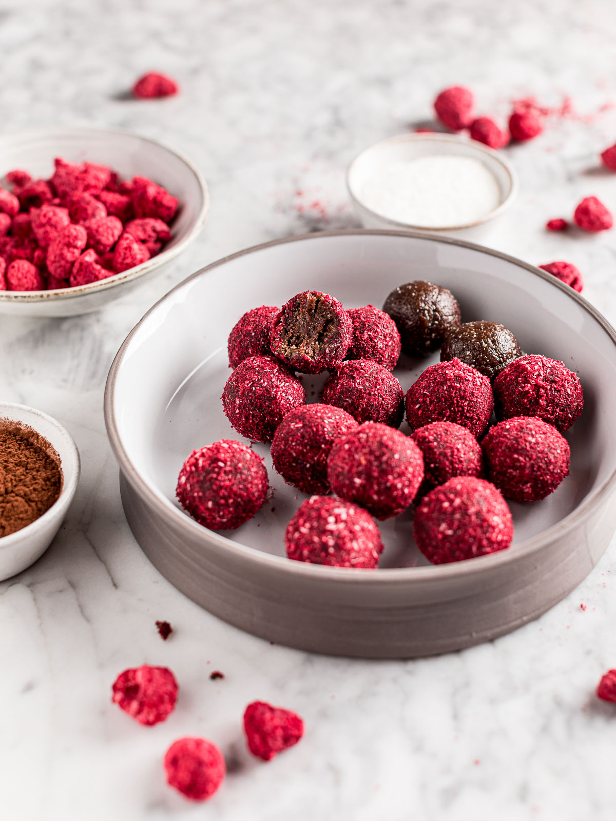 Ricetta Vegan Energy Balls al Cacao Cocco e Lamponi post allenamento Yoga bliss balls post workout Healthy snack Peanut Butter and Raspberry cacao Energy Balls recipe
