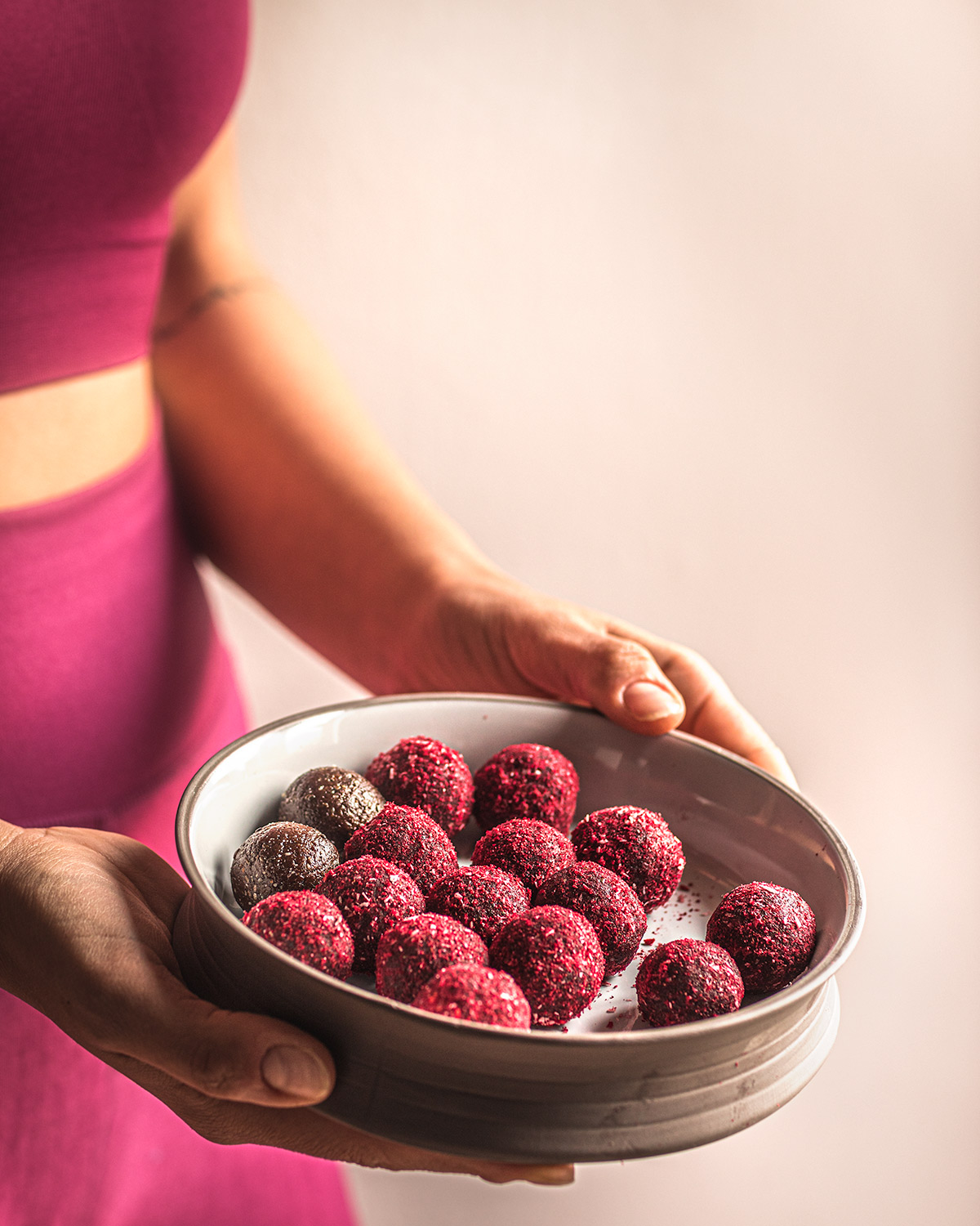 Yoga Energy Balls al Cacao Cocco e Lamponi gluten-free Vegan Peanut Butter and Raspberry Cacao Energy Balls post workout healthy snack