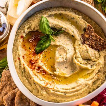 Healthy Creamy Roasted Garlic and White Bean Dip with Rosemary platter wuth vegetables tagliere antipasto con Hummus di Fagioli Bianchi e Aglio Arrostito al Rosmarino