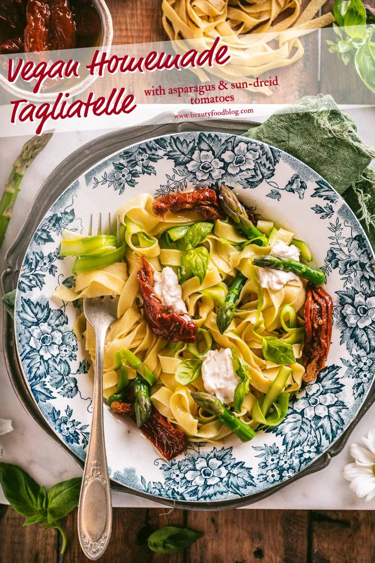 Vegan sun-dried tomato asparagus tagliatelle made with egg-less fresh pasta Tagliatelle Senza Uova agli Asparagi e Pomodori Secchi Pasta fresca vegan fatta in casa #eggfree beautyfoodblog.com