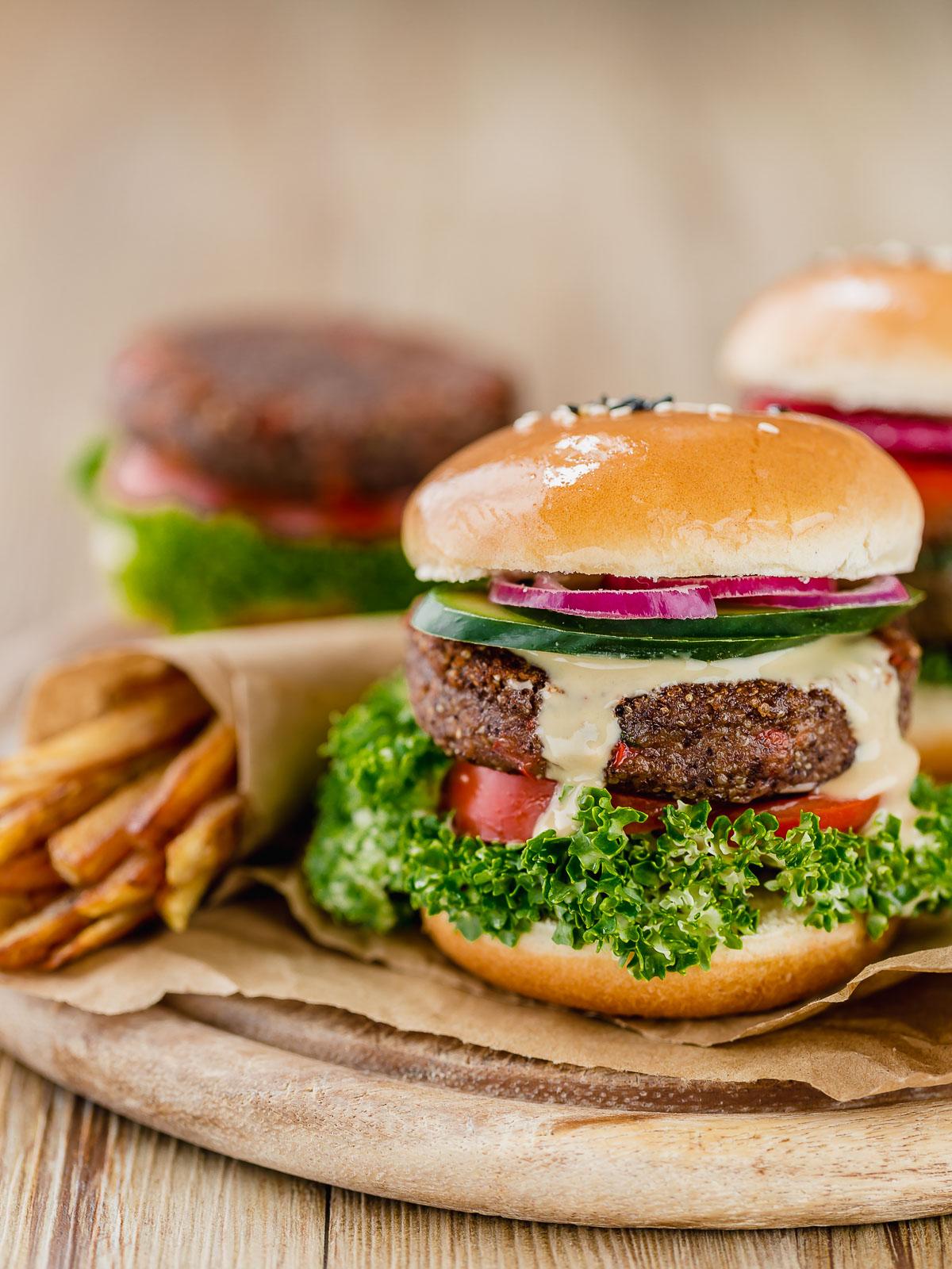 Veggie burger healthy Vegan Quinoa Black Bean Burger recipe gluten-free soy-free egg-free Burger di quinoa e fagioli vegan senza glutine senza uova sano facile veloce proteico