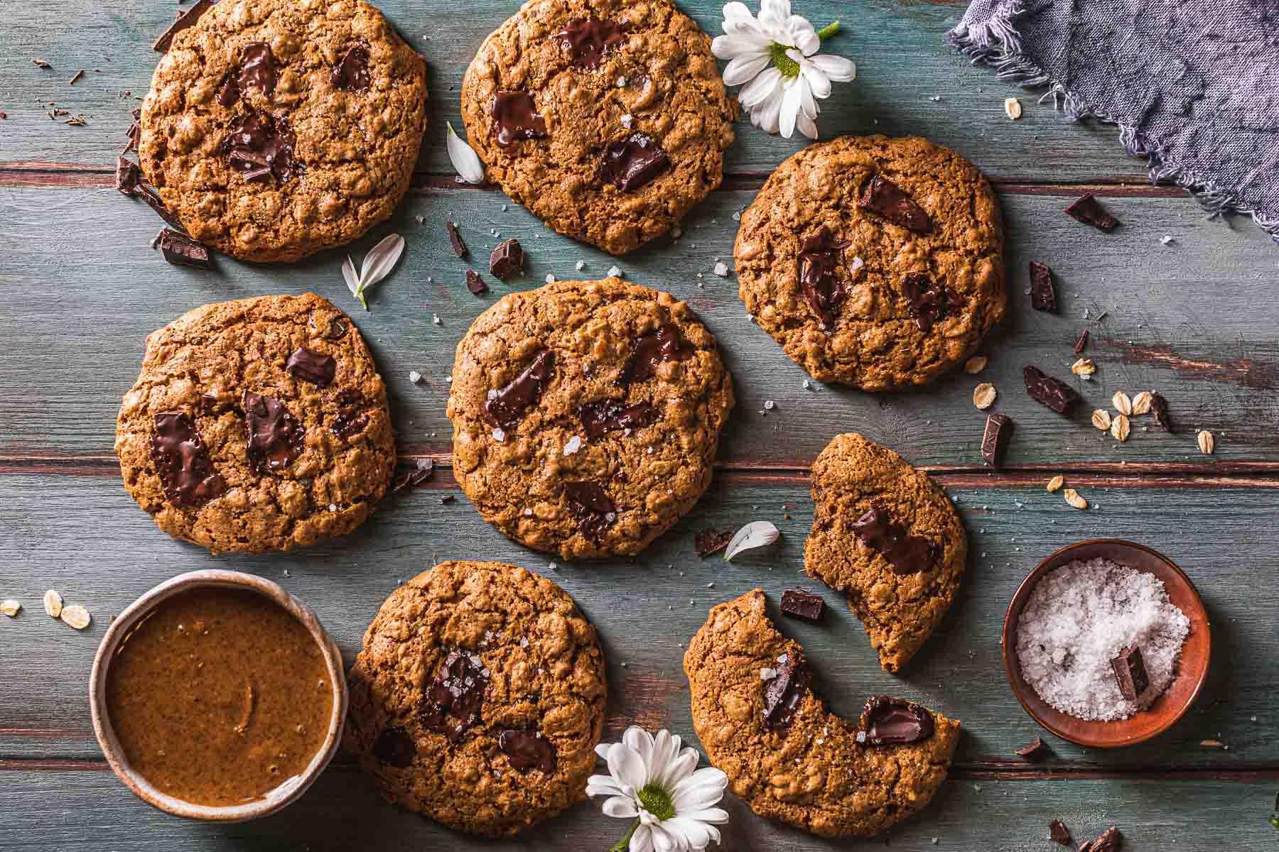 almond butter Healthy oil-free Gluten-free Vegan Oatmeal Chocolate Chip Cookies Cookies vegani senza glutine al cioccolato senza olio al burro di mandorle copia