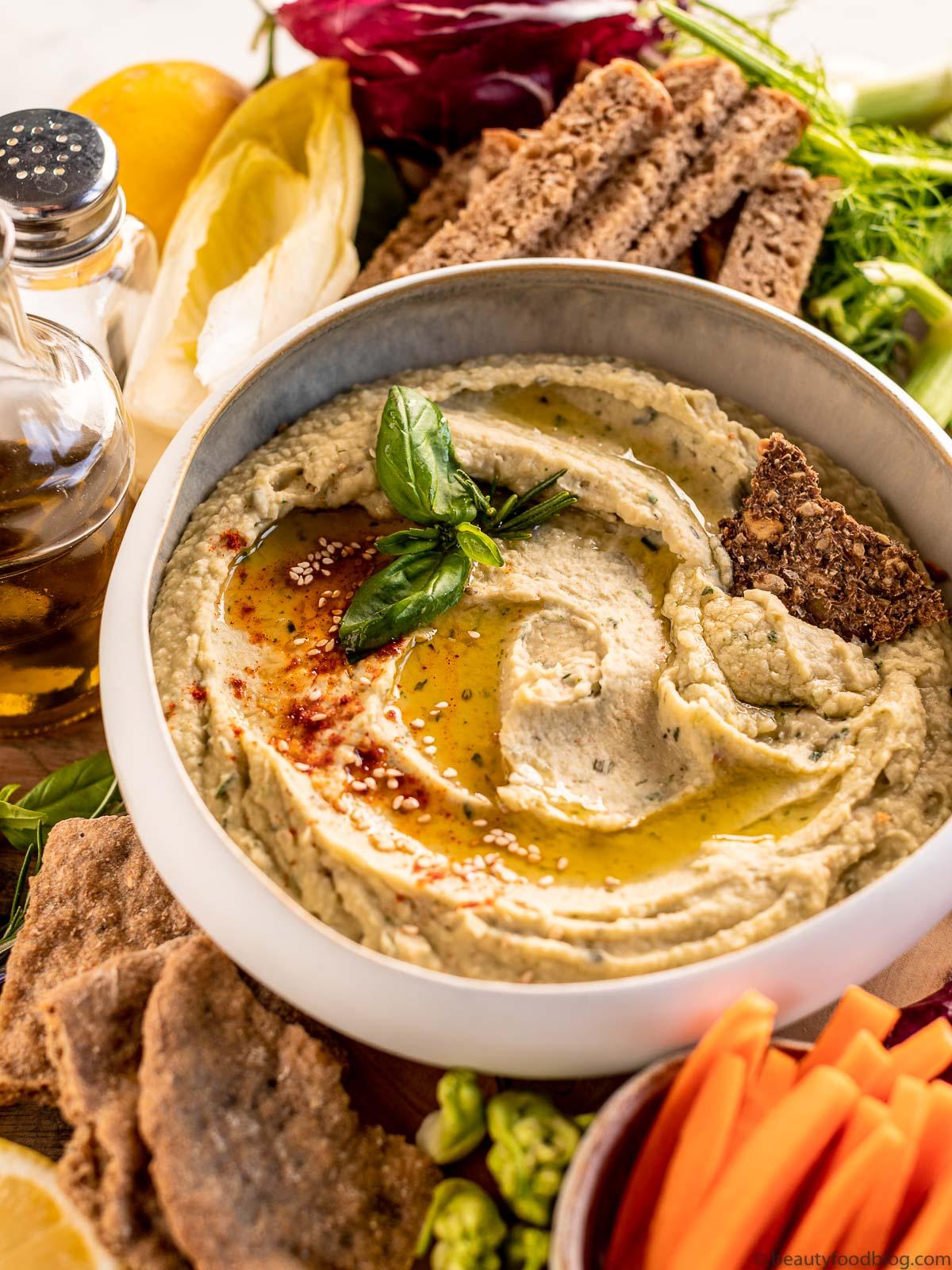 Easy Creamy Roasted Garlic and White Bean Dip with Rosemary platter ricetta Hummus di Fagioli Bianchi e Aglio Arrostito al Rosmarino