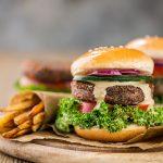 healthy Vegan Quinoa Black Bean Burger recipe gluten-free soy-free egg-free with french fries Burger di quinoa e fagioli vegan senza glutine senza uova con patataine al forno sano proteico