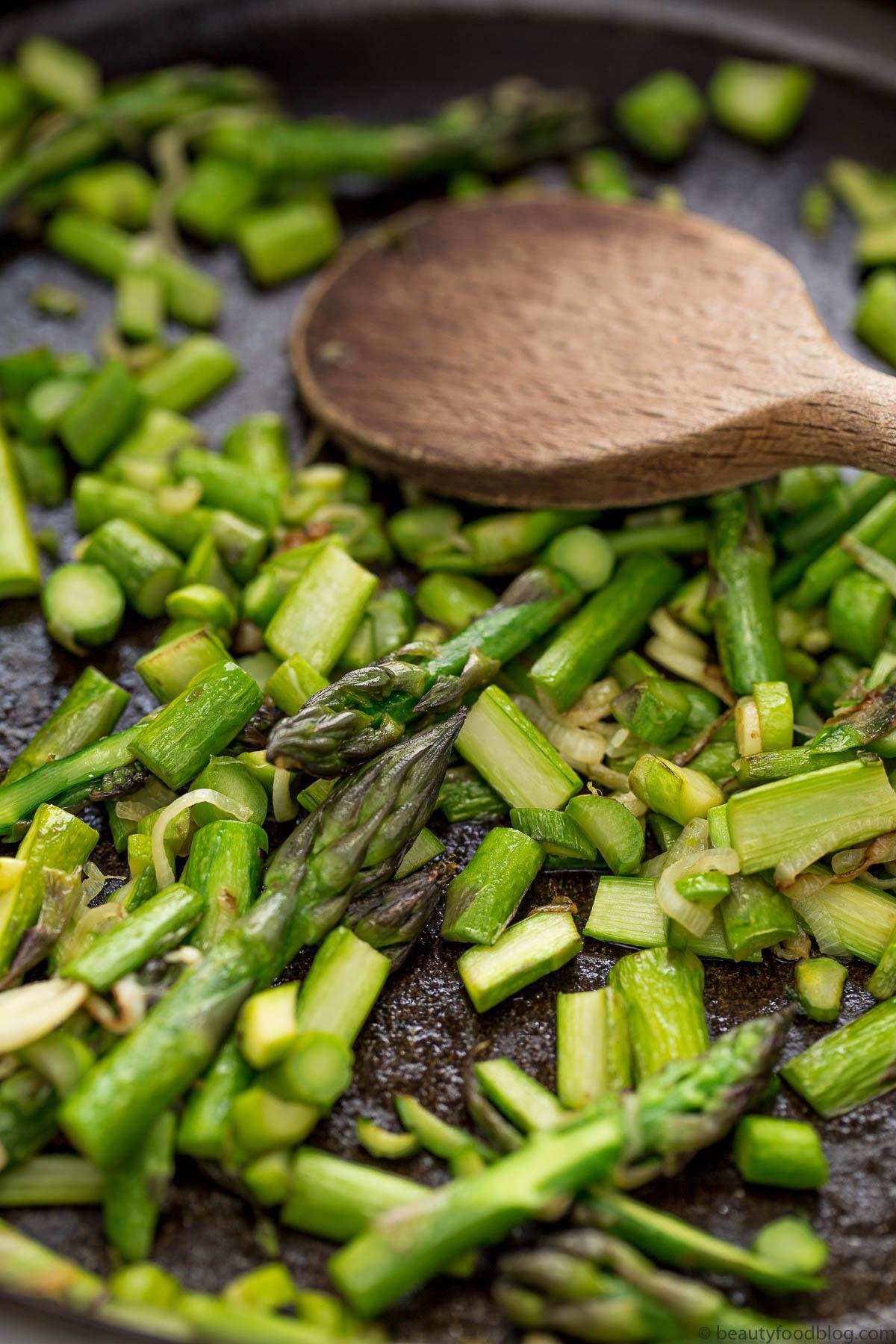 padella con asparagi stir-fried asparagus