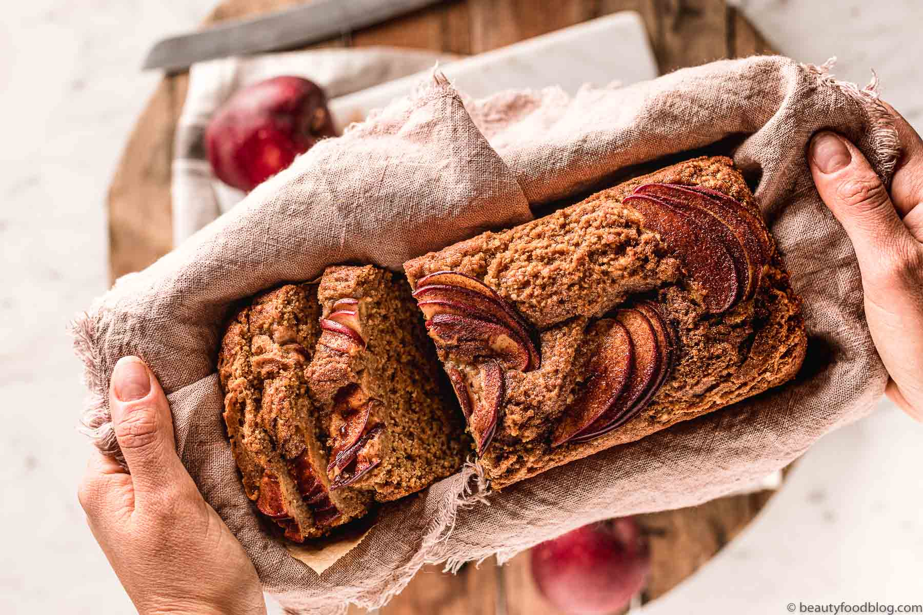 woman holding the vegan apple loaf cake donna con plumcake alle mele in mano