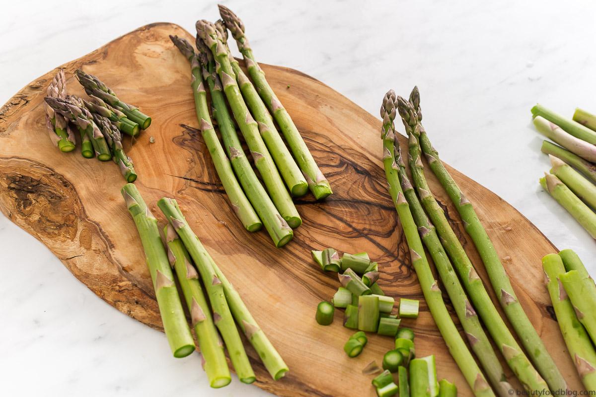 tagliere con asparagi wood board with asparagus