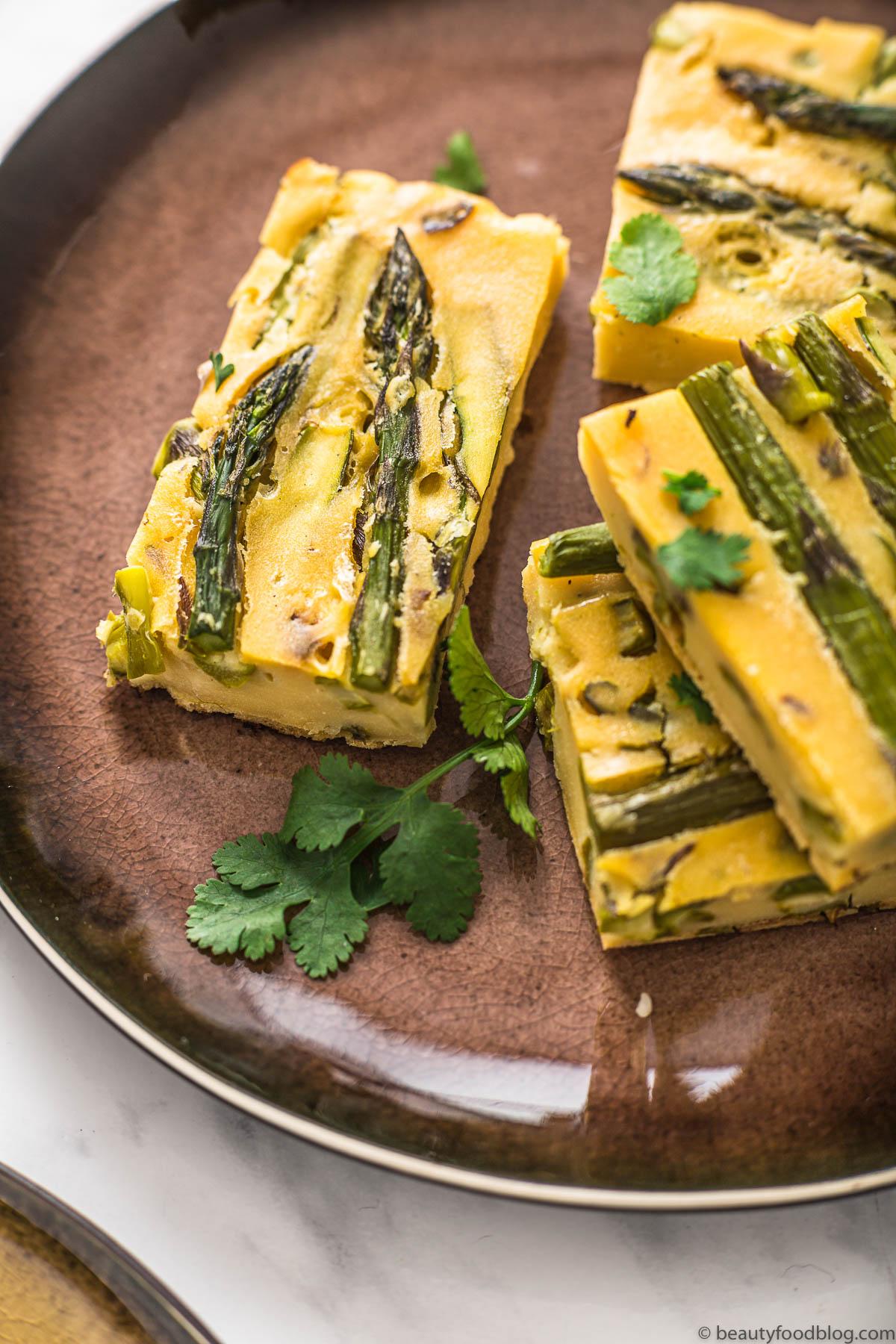 close up piatto con fari frittata di ceci e asparagi plate with vegan Chickpea asparagus frittata