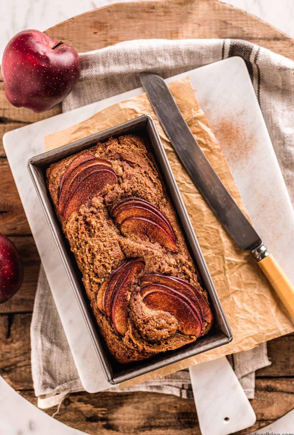 board with apple cake loaf and apples tagliere con torta di yogurt e mele e mele decorative