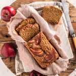 board with apple cake loaf and apples tagliere con torta di yogurt e mele e mele decorative