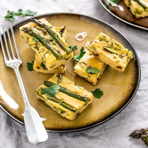 piatto con fari frittata di ceci e asparagi plate with vegan Chickpea asparagus frittata