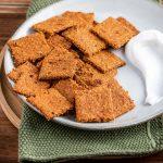 piatto con crackers ai pomodori secchi tovagliolo plate with Vegan Sun Dried Tomato and Herb Crackers