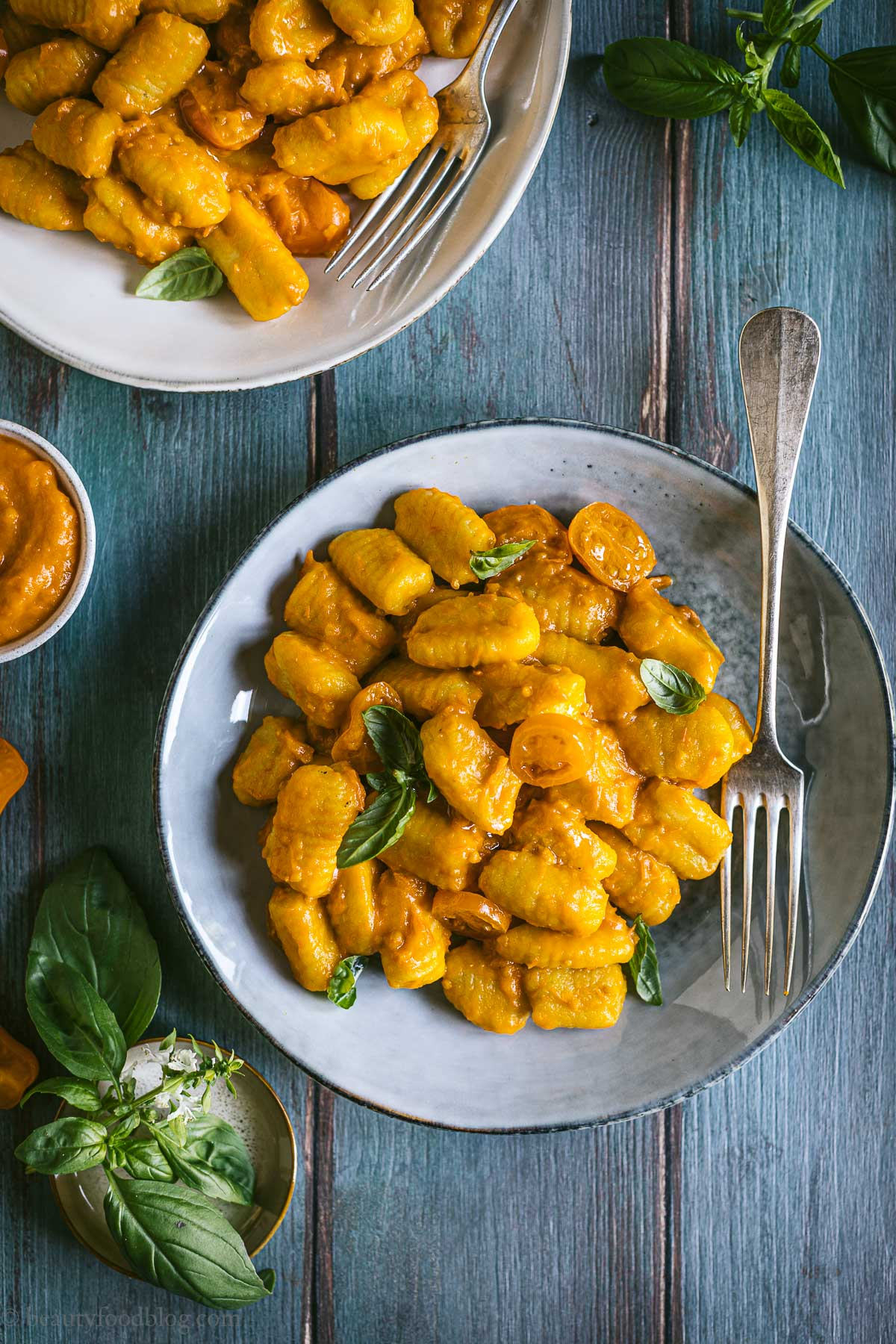 piatto e gnocchi ai pomodorini gialli plate with vegan gnocchi with yellow tomato sauce