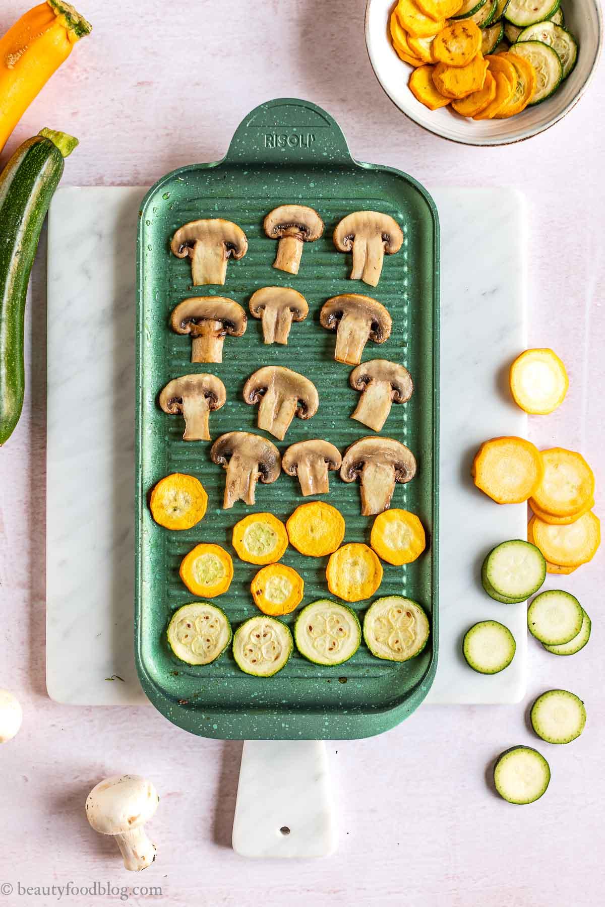 griglia antiaderente con ZUCCHINE alla SCAPECE NON FRITTE con FUNGHI no-stick grill pan with marinated zucchini with mushrooms