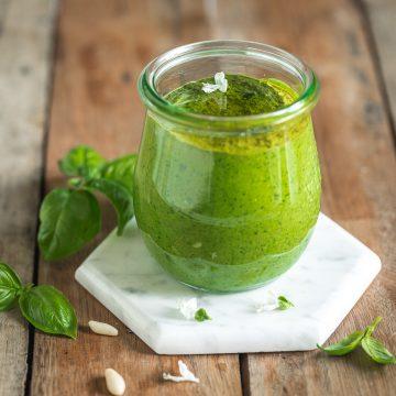 bicchiere di vetro con pesto di basilico vegano senza formaggio basil and glass jar with vegan basil pesto