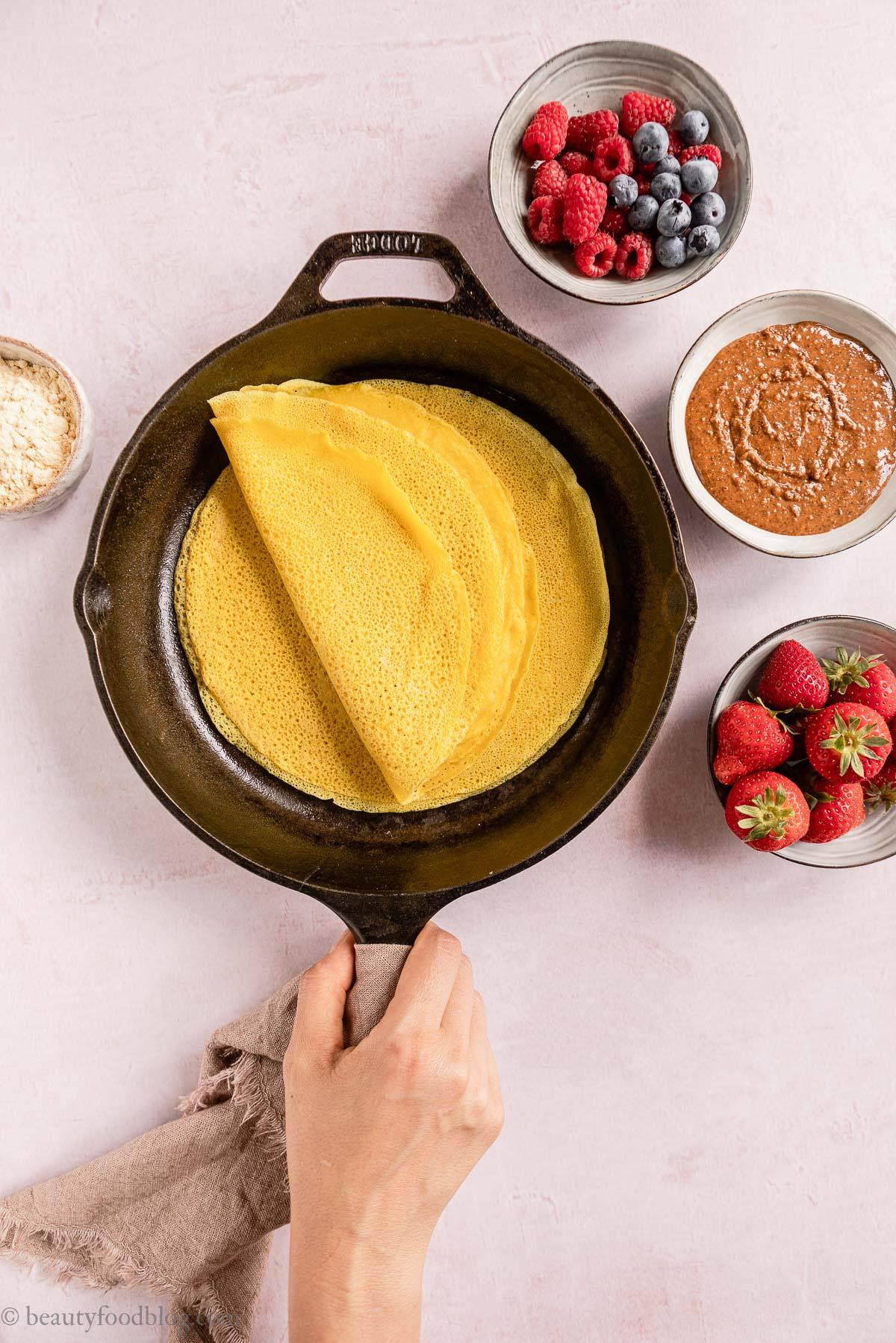 padella antiaderente con Crespelle con Farina di Ceci non-stick pan with Gluten-free Vegan Chickpea Crepes