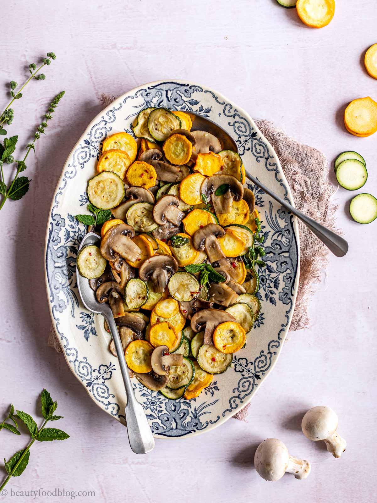 piatto con ZUCCHINE alla SCAPECE NON FRITTE con FUNGHI plate with italian marinated zucchini with mushrooms