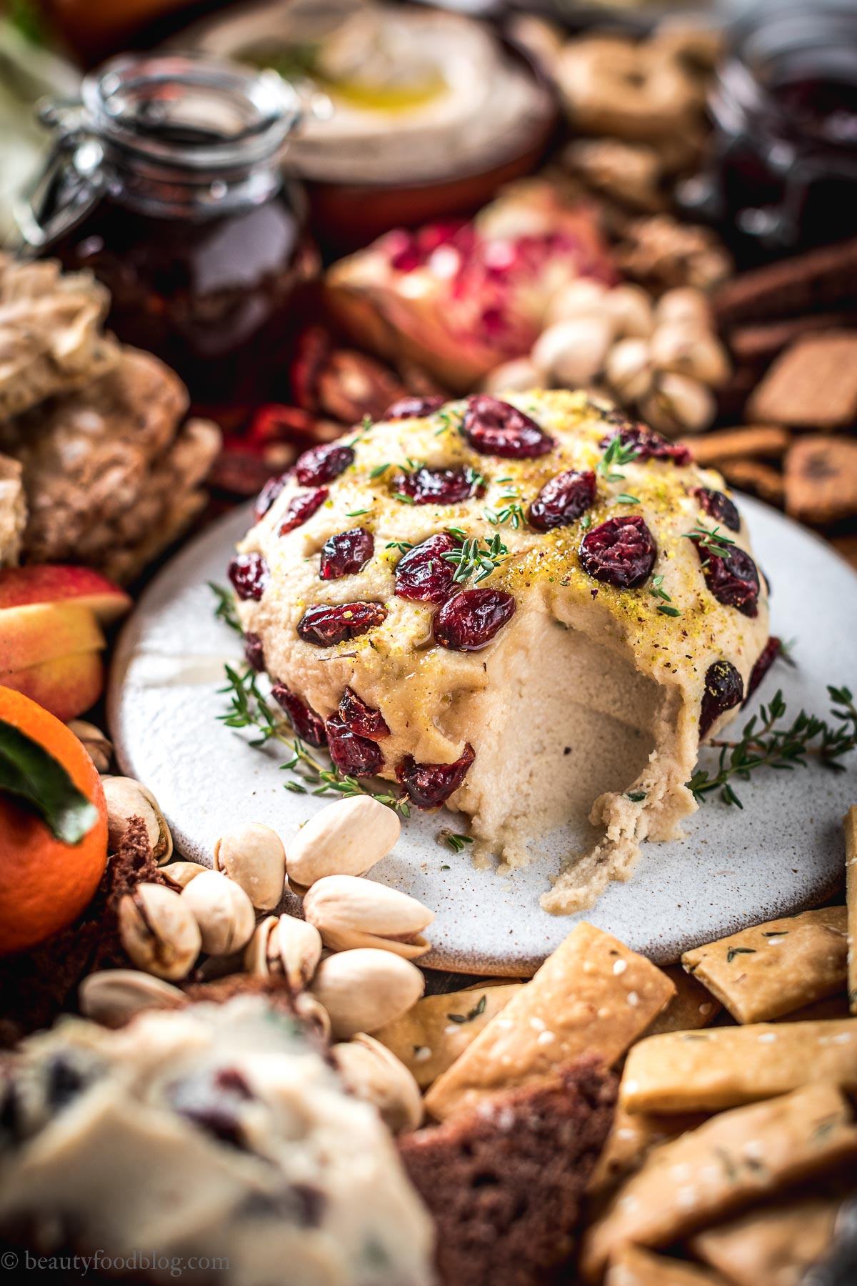 Vegan Holiday Platter cashew cheese ball formaggio di anacardi
