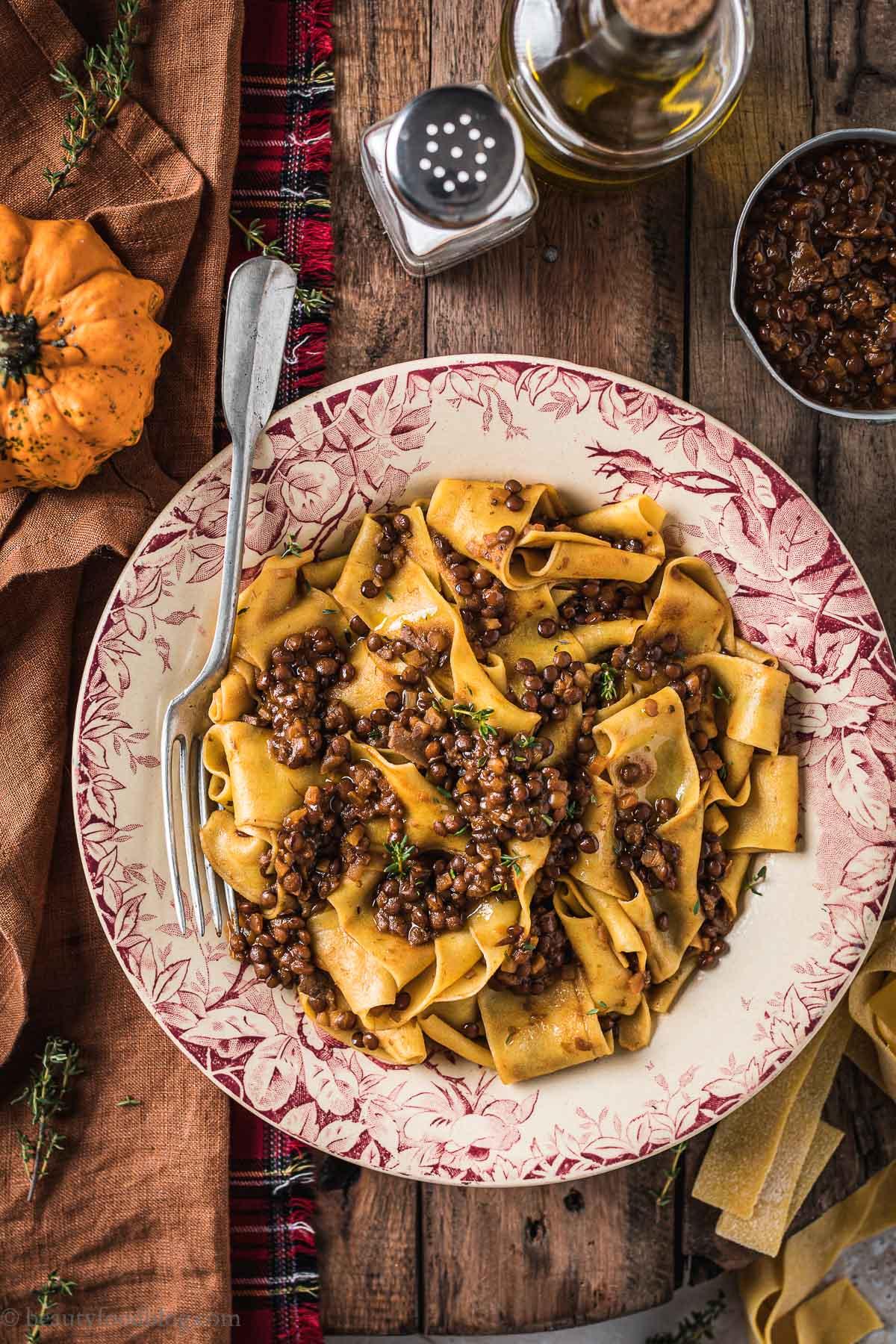 piatto con pappardele alla zucca e ragù di lenticchie e funghi