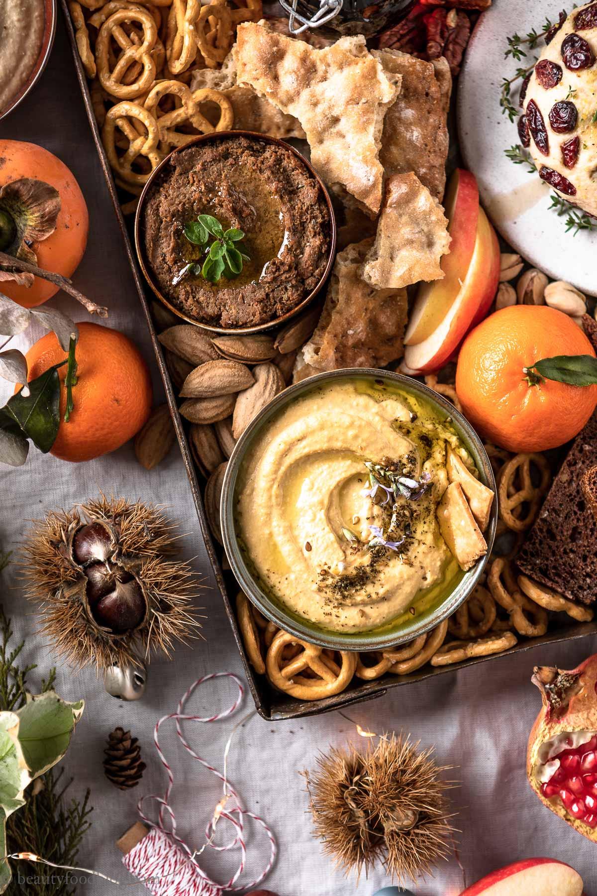 tris di hummus Antipasti vegan di Natale e Capodanno Vegan Holiday Platter with 3 hummus