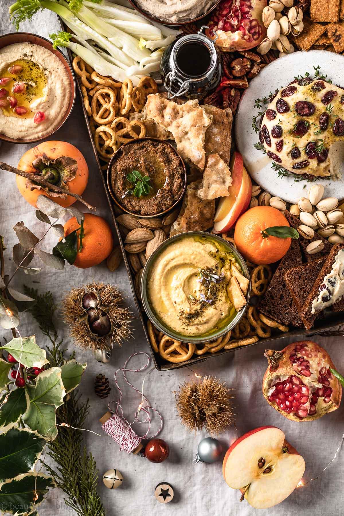 tris di hummus e paté Antipasti vegan di Natale e Capodanno Vegan Holiday Platter with hummus and lentil paté
