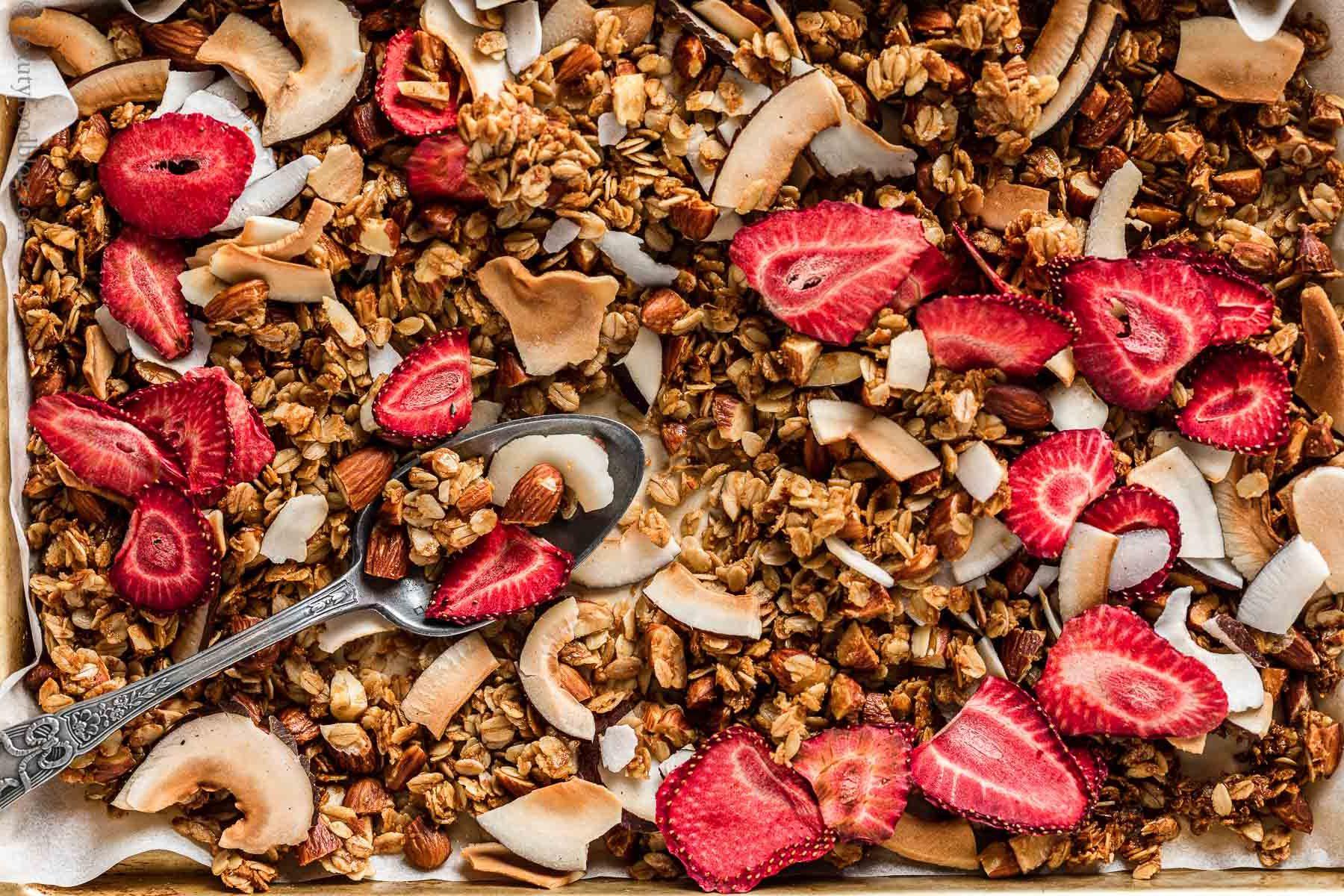 CRUNCHY VEGAN COCONUT STRAWBERRY GRANOLA GLUTEN-FREE ricetta granola croccante cocco e fragole senza glutine