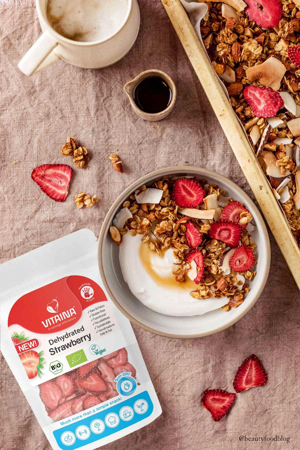 granola vegan croccante con fragole disidratate Vitaina cocco mandorle e yogurt di cocco