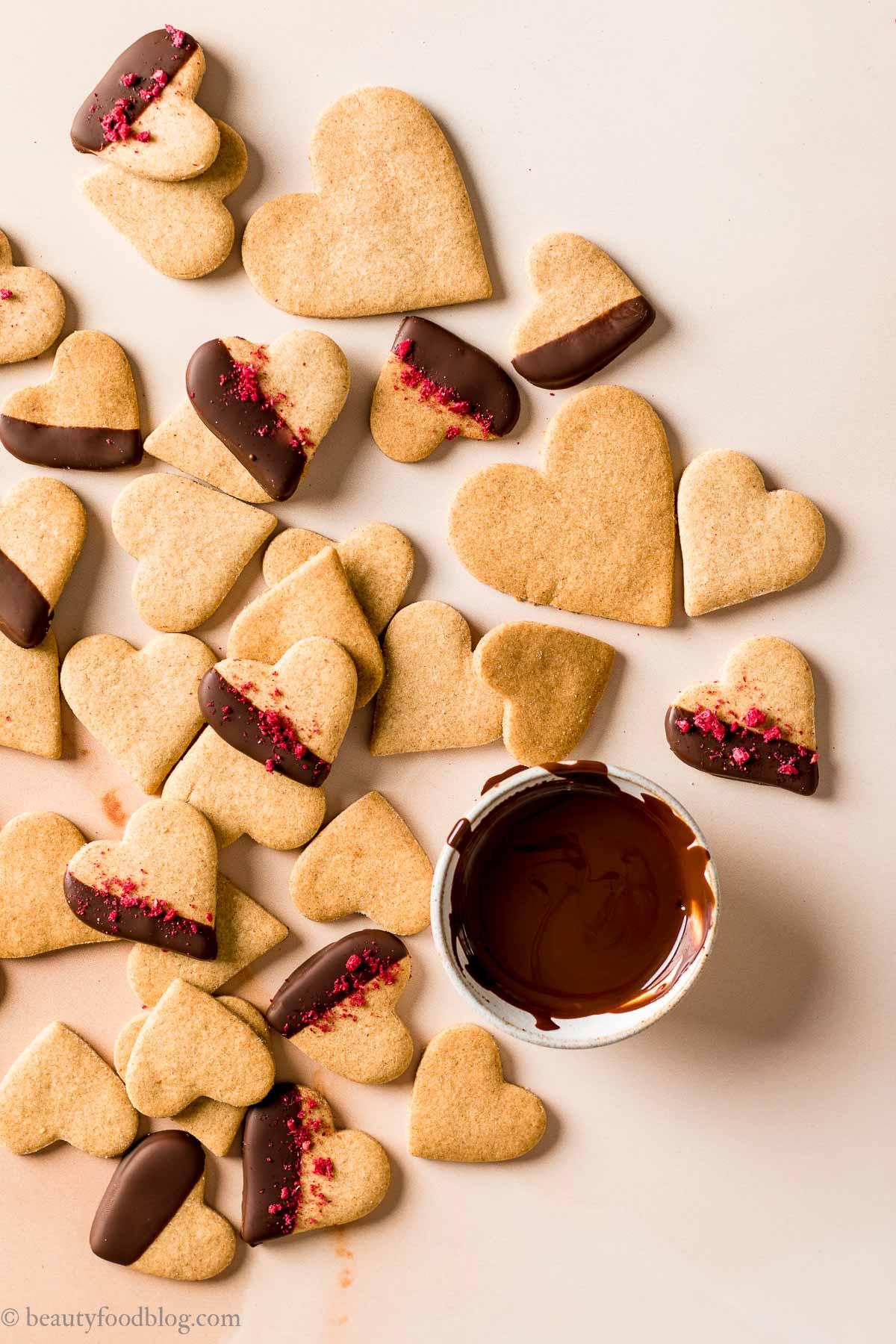 ricetta biscotti di pasta frolla vegana integrale senza uova senza burro per San Valentino frollini vegan Valentines Day vegan shortbread cookies