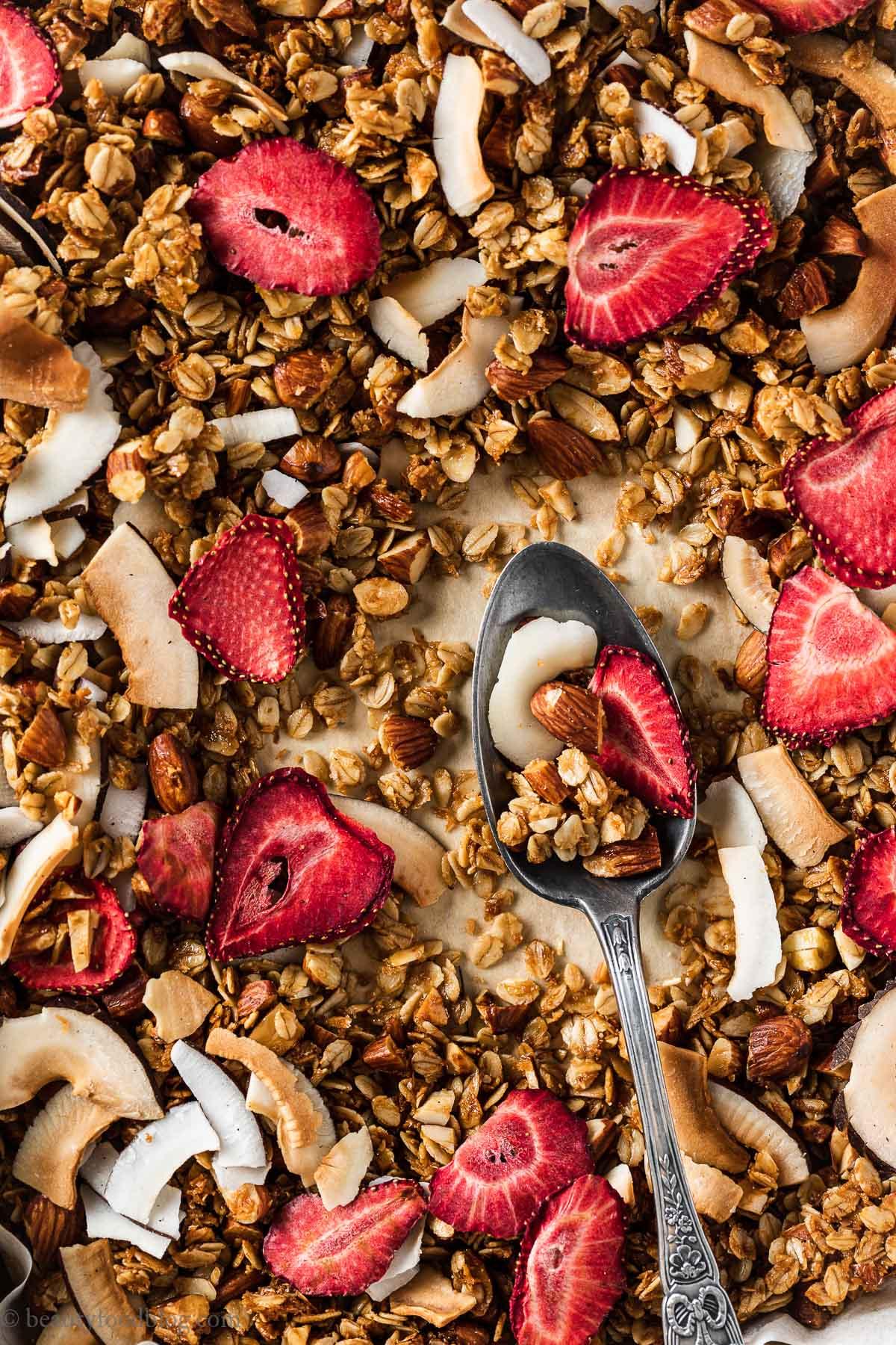 ricetta granola croccante cocco e fragole senza glutine CRUNCHY VEGAN COCONUT STRAWBERRY GRANOLA GLUTEN-FREE recipe