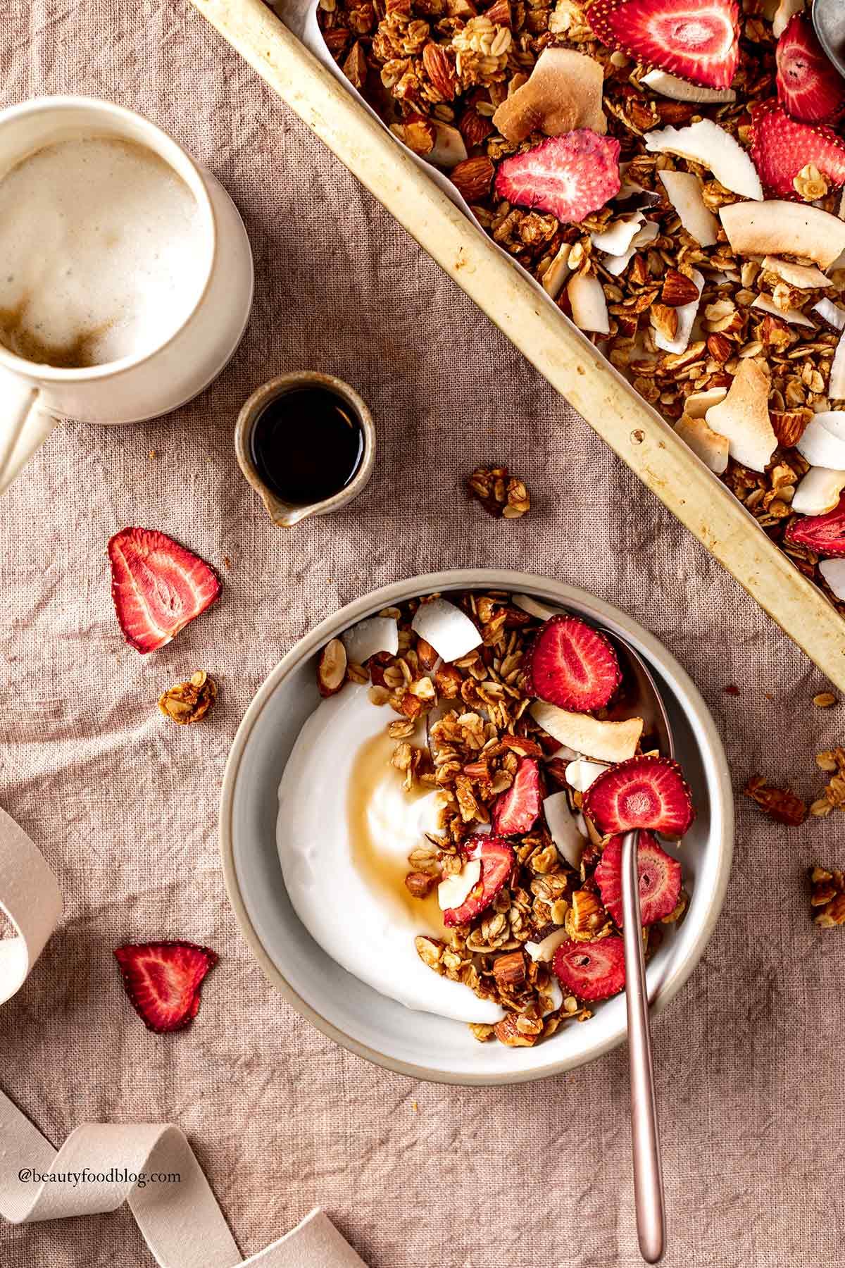 ricetta granola croccante cocco e fragole senza glutine VEGAN COCONUT STRAWBERRY GRANOLA GLUTEN-FREE recipe