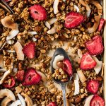 ricetta granola croccante cocco e fragole senza glutine gluten-free CRUNCHY VEGAN COCONUT STRAWBERRY GRANOLA