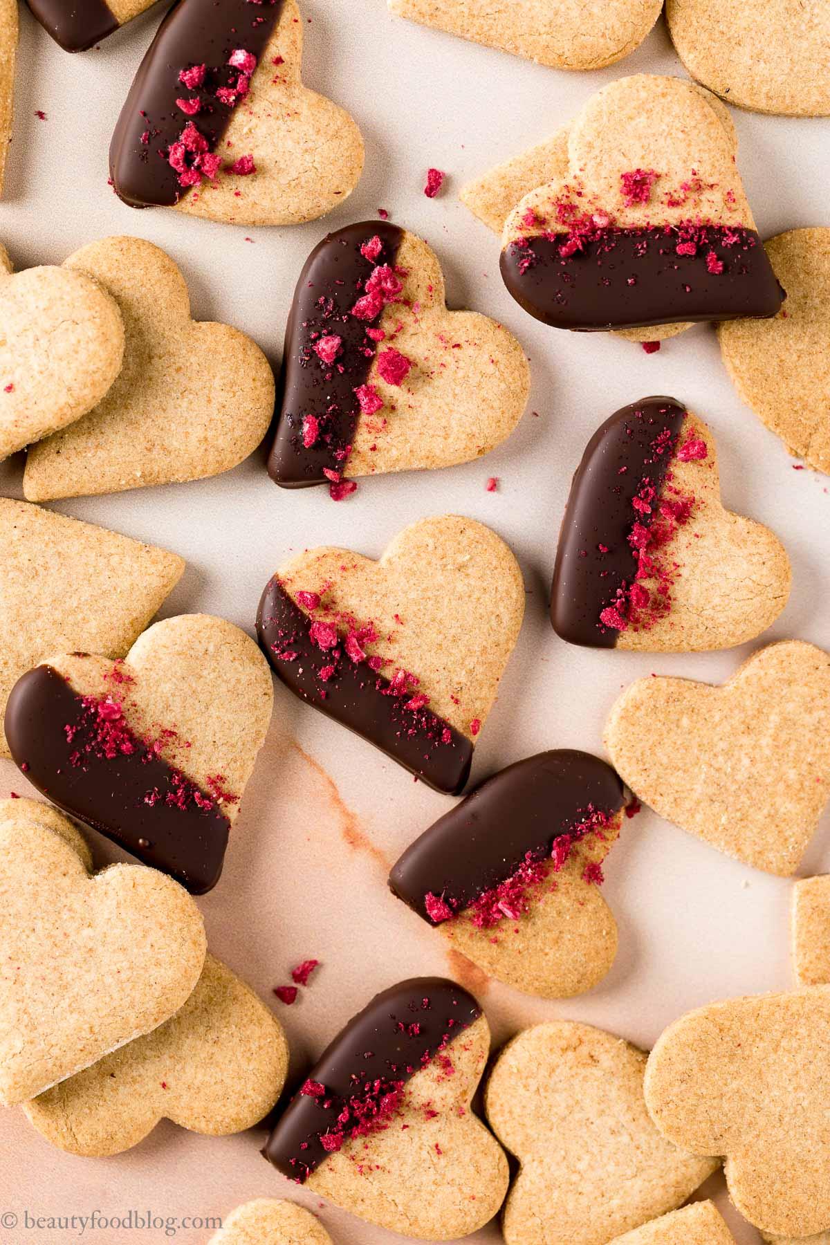 vegan Valentines Day vegan shortbread cookies ricetta biscotti di pasta frolla vegana integrale senza uova senza burro per San Valentino frollini vegani
