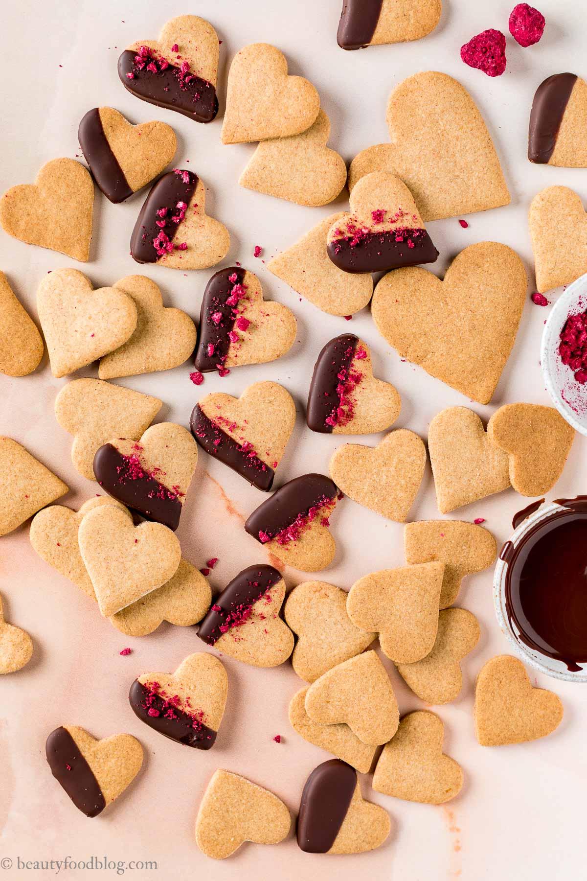 vegan Valentines Day vegan shortbread cookies ricetta biscotti di pasta frolla vegana integrale senza uova senza burro per San Valentino frollini