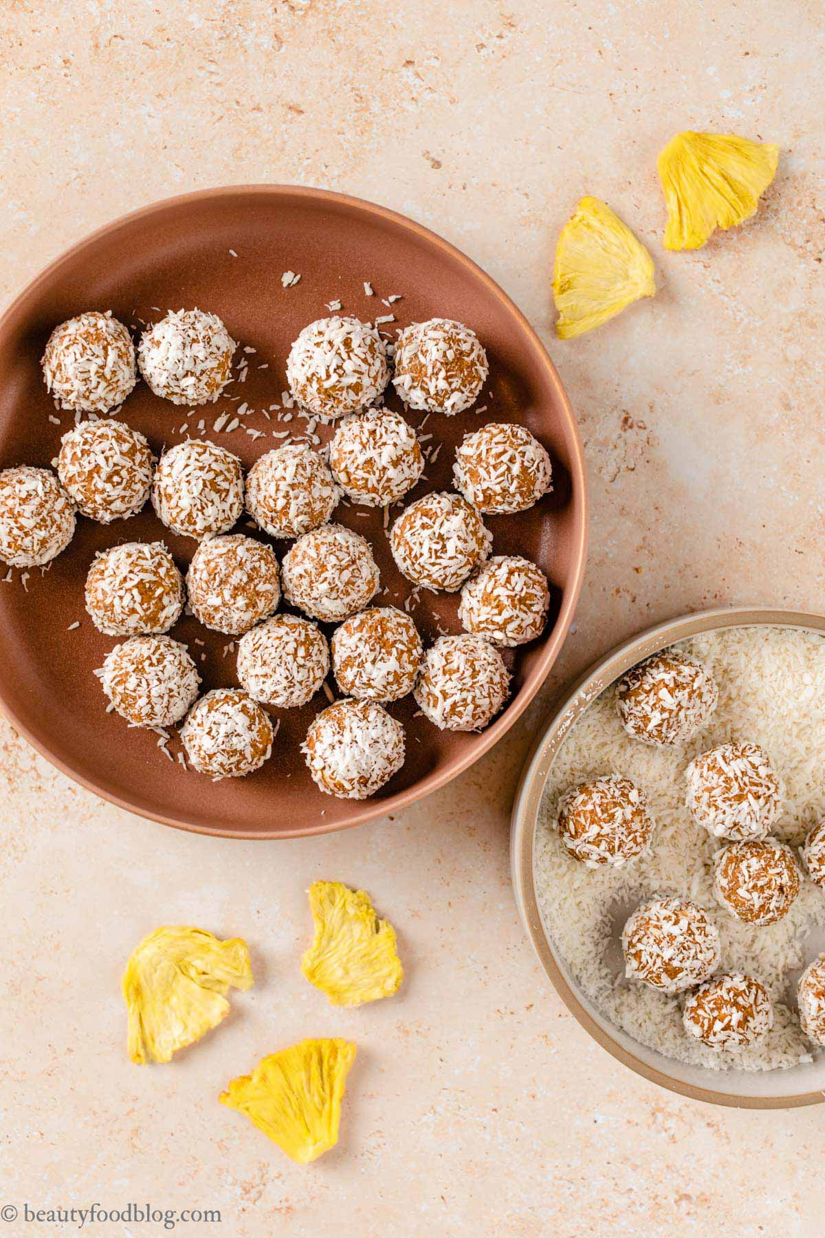 come fare le energy balls alle carote senza frutta secca senza zuccheri aggiunti how to make no-bake nut-free healthy vegan carrot cake bites recipe