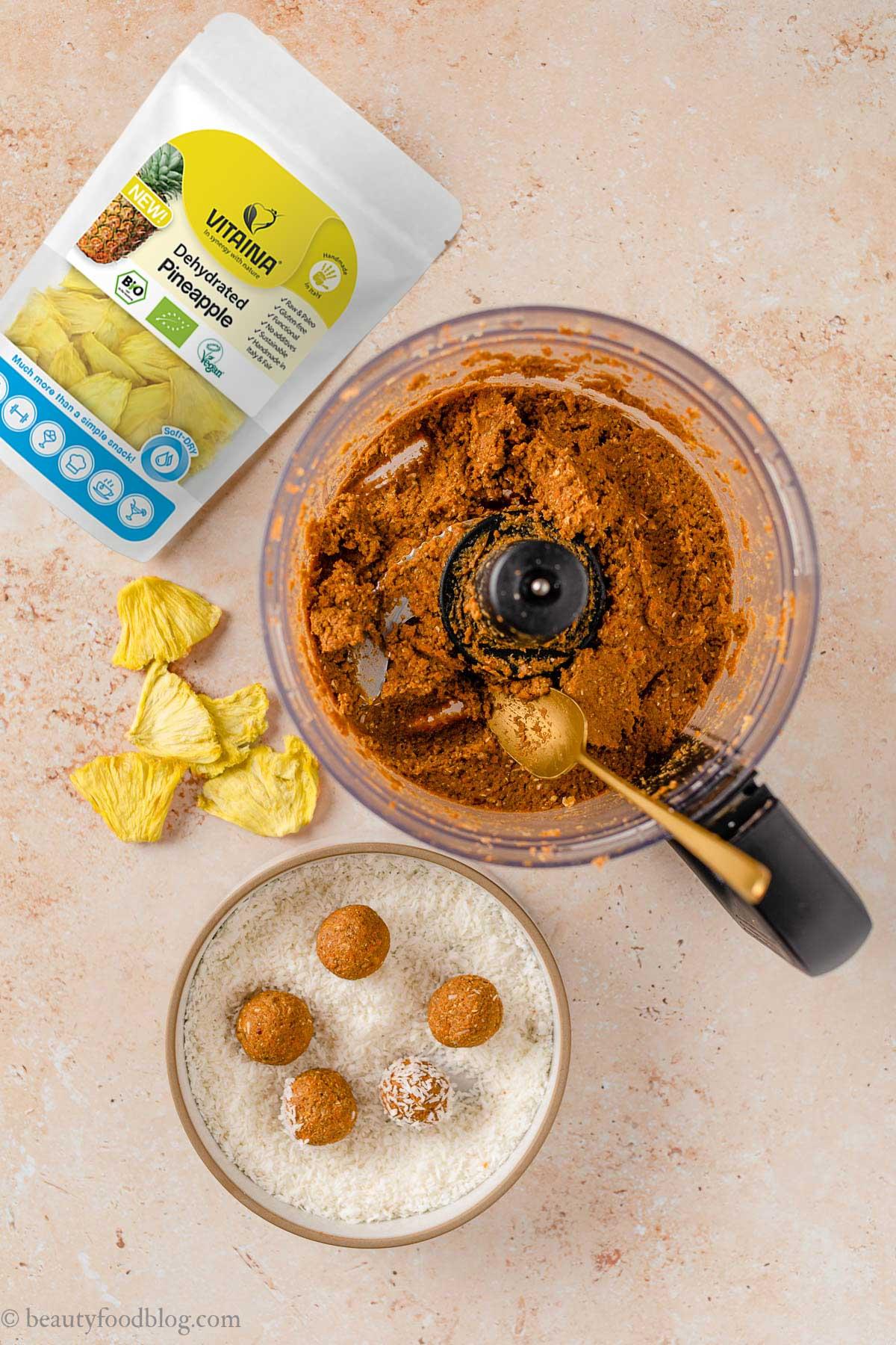 come fare le energy balls alle carote senza frutta secca senza zuccheri aggiunti how to make no-bake nut-free vegan carrot cake bites recipe